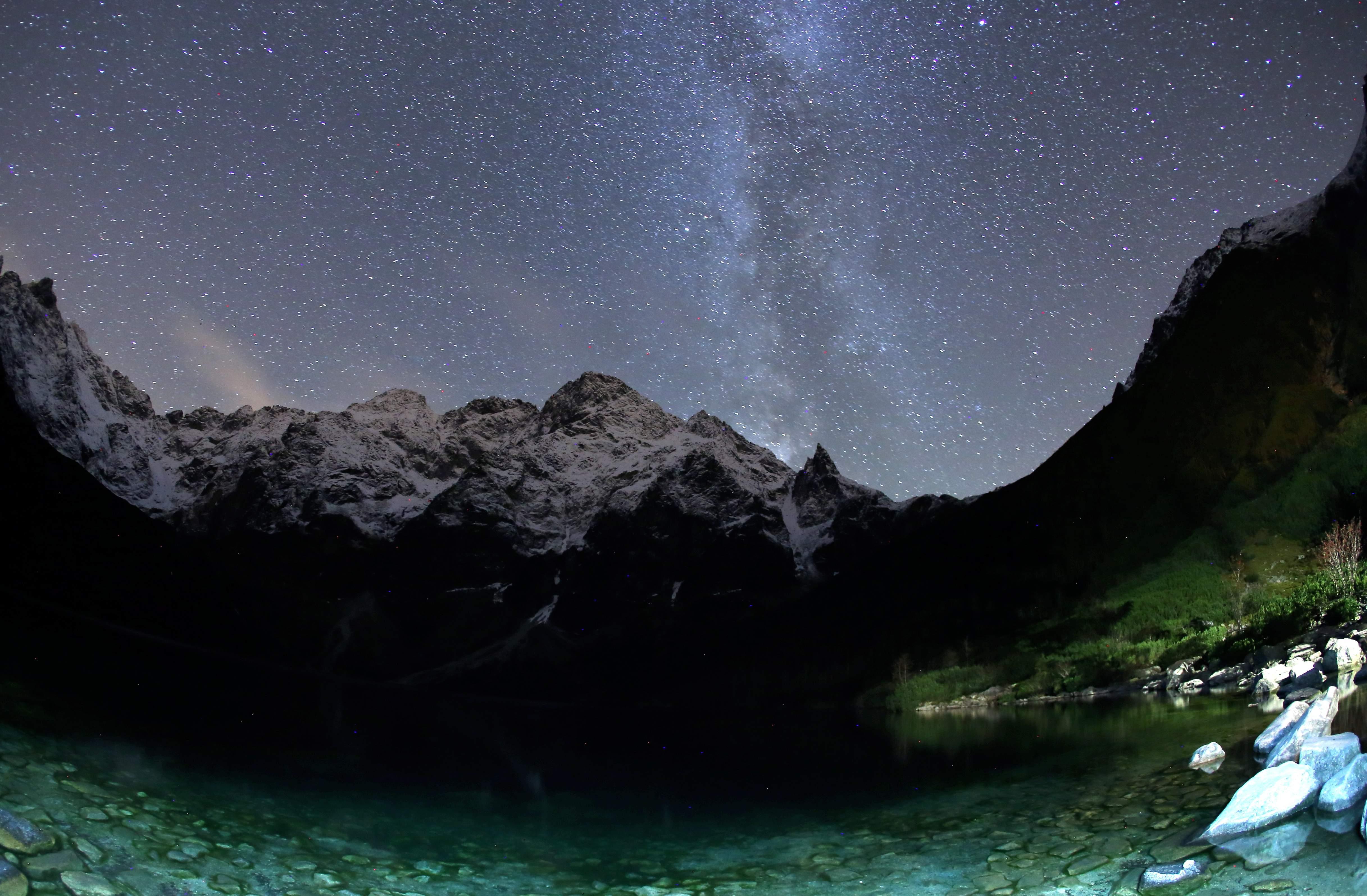 Droga Mleczna widoczna nad Morskim Okiem, w nocy z 22 na 23 bm.  fot.PAP/Grzegorz Momot