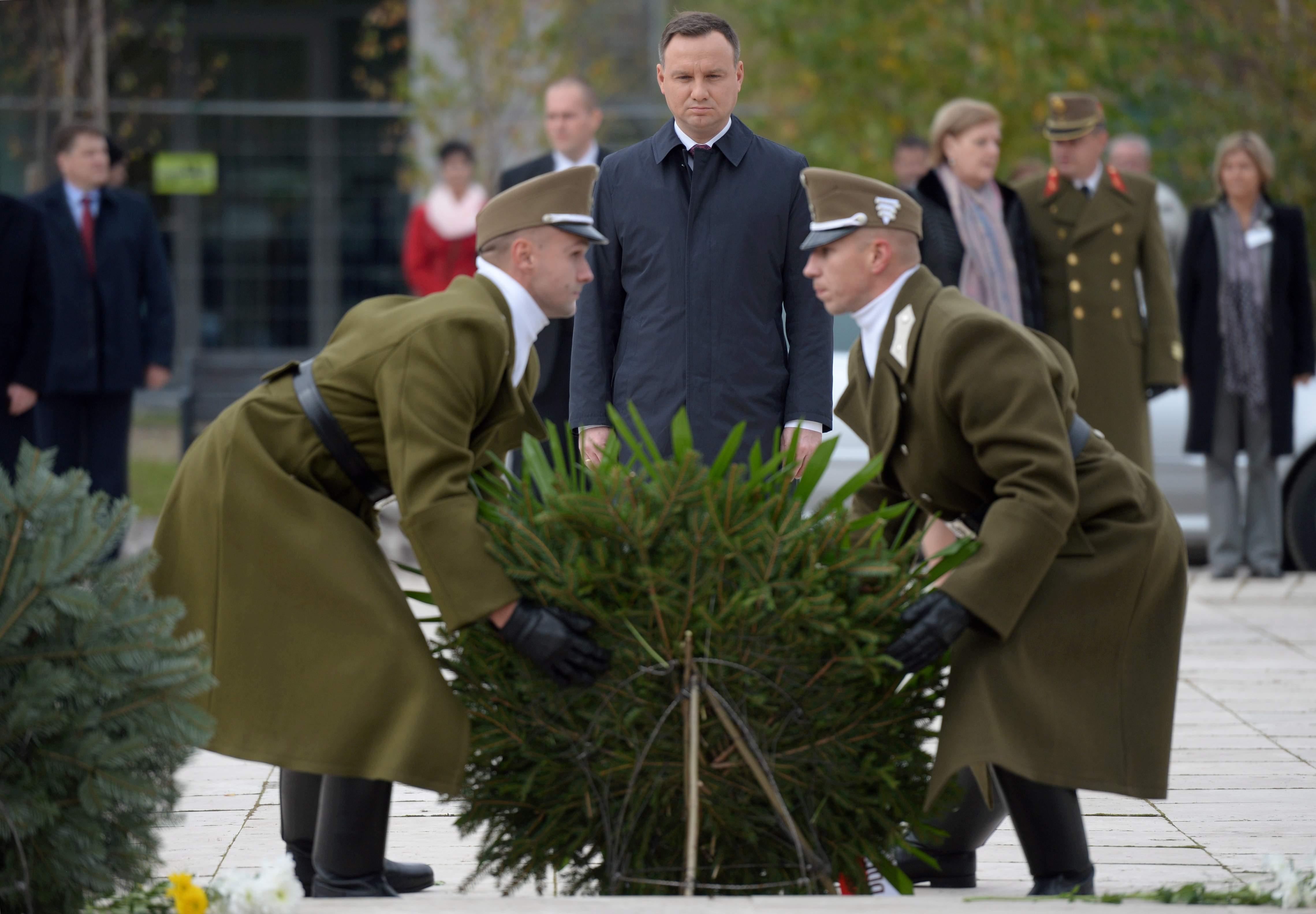 Prezydent Andrzej Duda na cmentarzu Rakoskeresztur, gdzie złożył wieniec pod pomnikiem Rewolucji '56, Prezydent Andrzej Duda jest z wizytą w Budapeszcie, gdzie weźmie udział w obchodach 60. rocznicy rewolucji węgierskiej z 1956 r. Spotka się także z prezydentem Węgier Janoszem Aderem. PAP/Jacek Turczyk