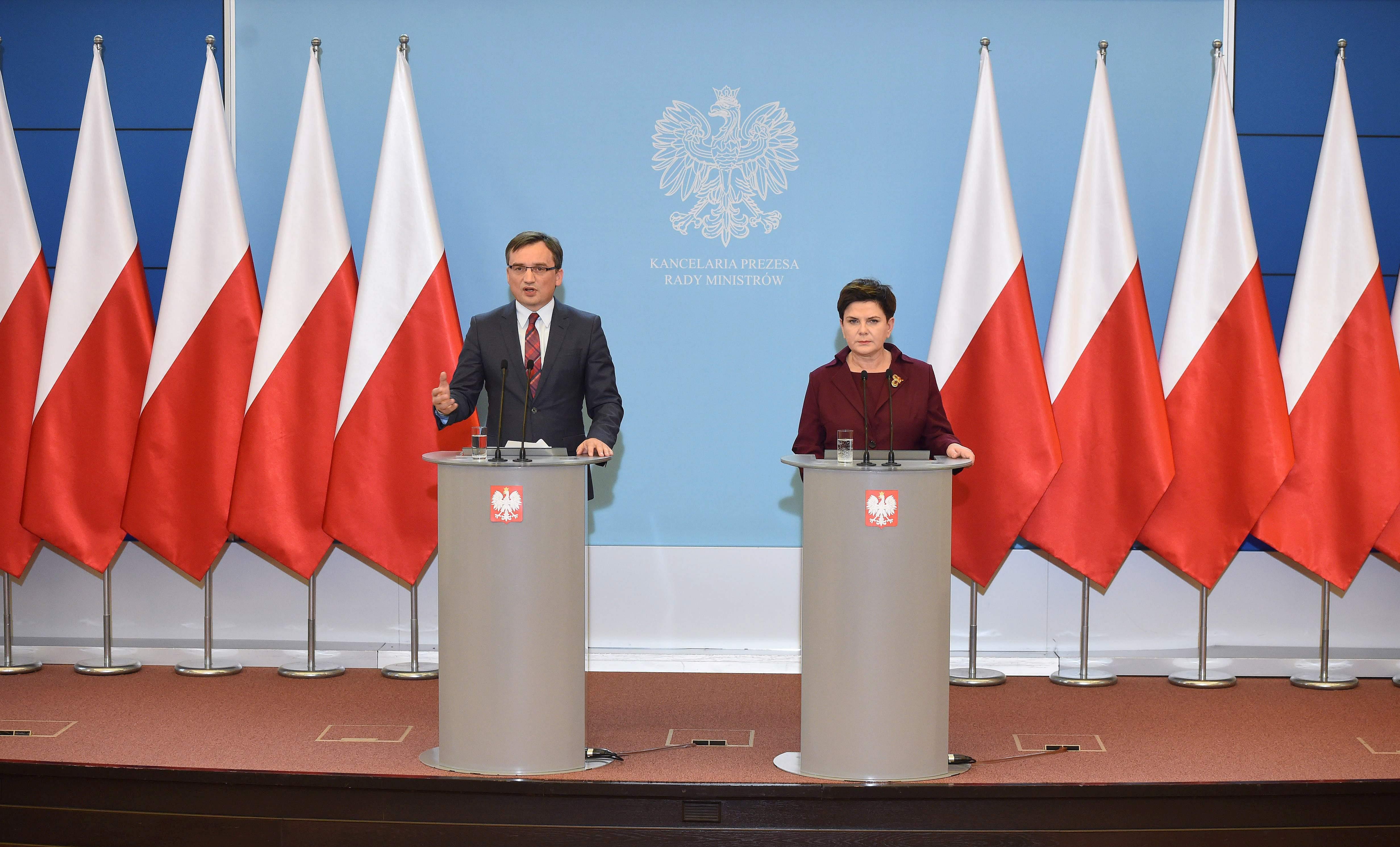 Premier Beata Szydło i minister sprawiedliwośœci prokurator generalny Zbigniew Ziobro podczas konferencji prasowej po posiedzeniu Rady Ministrów w KPRM. fot. PAP/Radek Pietruszka