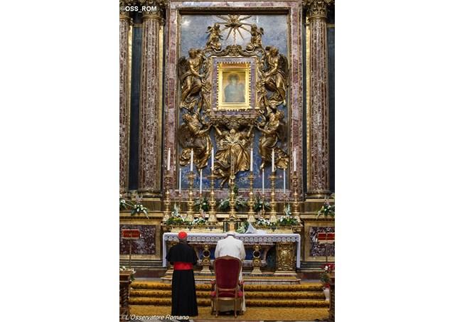 Franciszek złożył wizytę w rzymskiej Bazylice Matki Bożej Większej. Przed ikoną Salus Populi Romani Papież zawierzył Maryi swą rozpoczynającą się w poniedziałek dwudniową podróż do Szwecji. fot. Radio Watykańskie