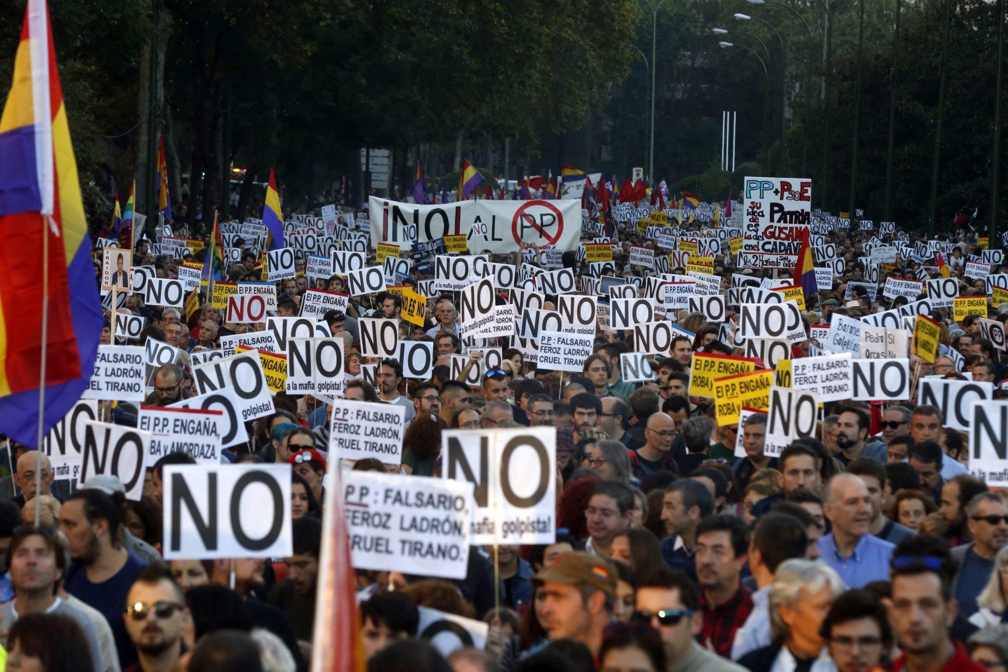 Demonstracja Hiszpanów przeciwko powołaniu na urząd premiera Mariano Rajoya fot. EPA/KIKO HUESCA Dostawca: PAP/EPA.