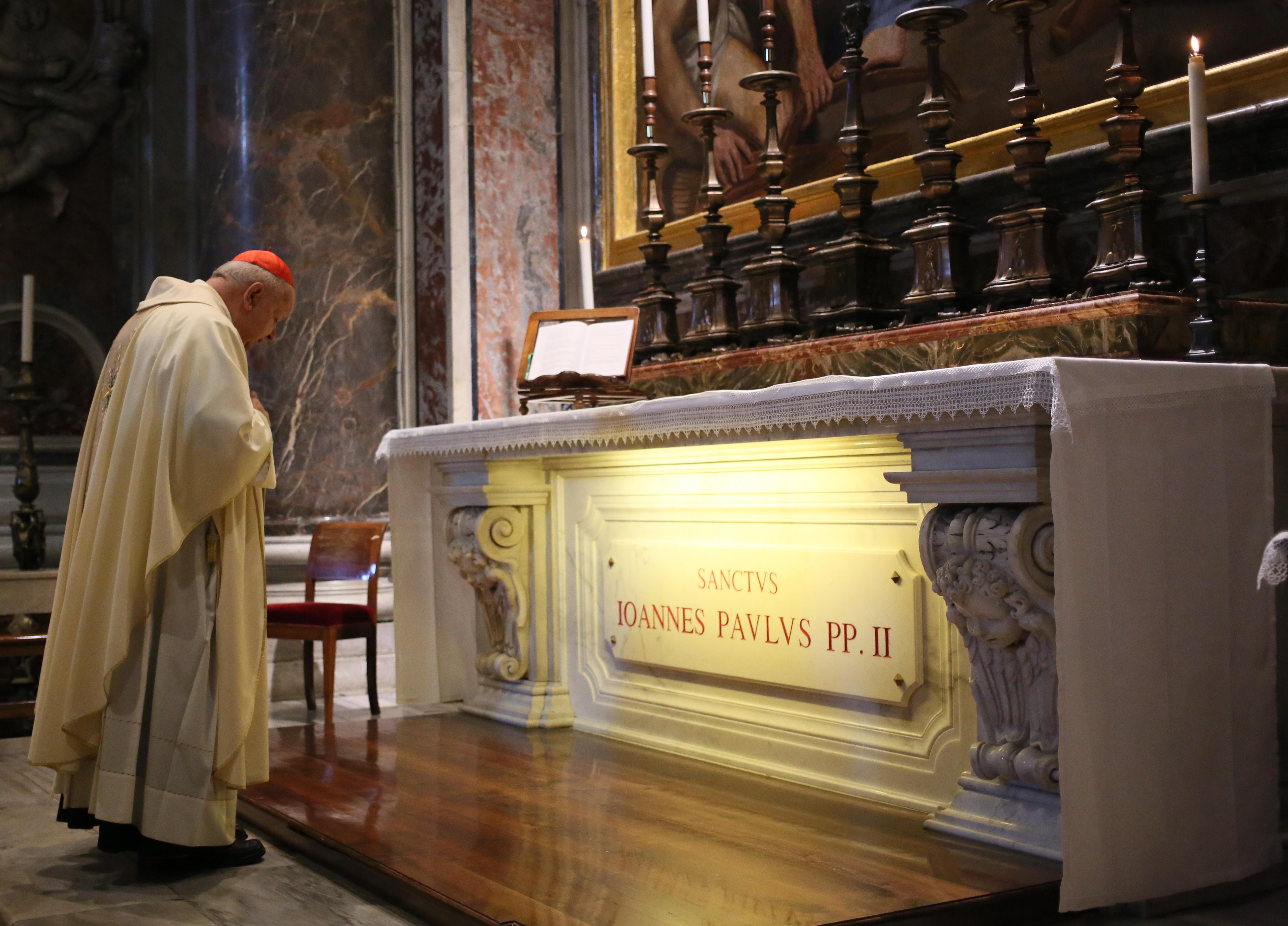Rano msze przy grobie św. Jana Pawła II odprawił kard. Stanisław Dziwisz (fot. Leszek Szymański)