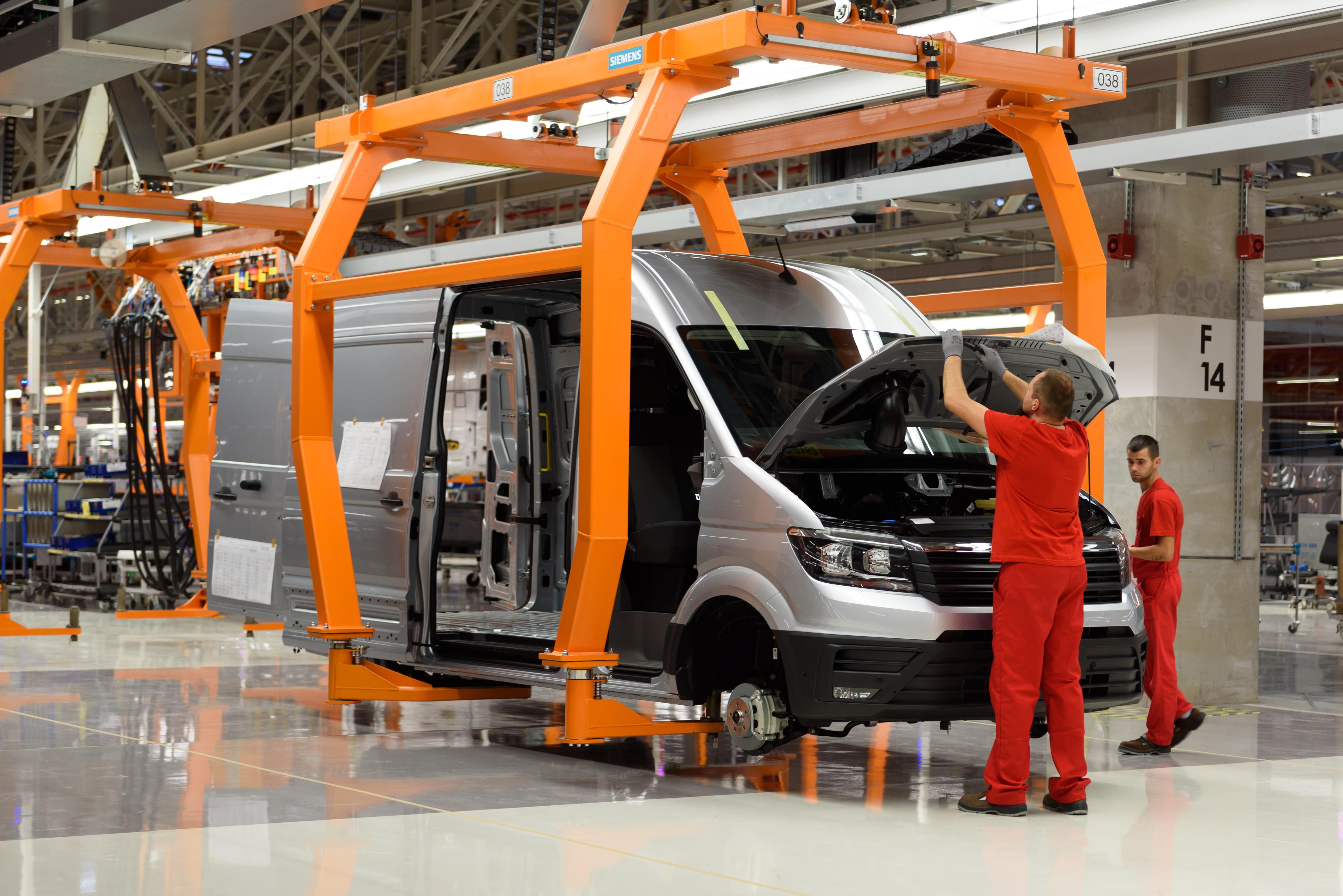 Nową fabrykę koncernu Volkswagen otwarto oficjalnie w poniedziałek w Białężycach koło Wrześni (Wielkopolskie). Od 2018 roku zakład będzie produkował rocznie 100 tys. sztuk nowej wersji dostawczego Volkswagena Craftera. PAP/Jakub Kaczmarczyk