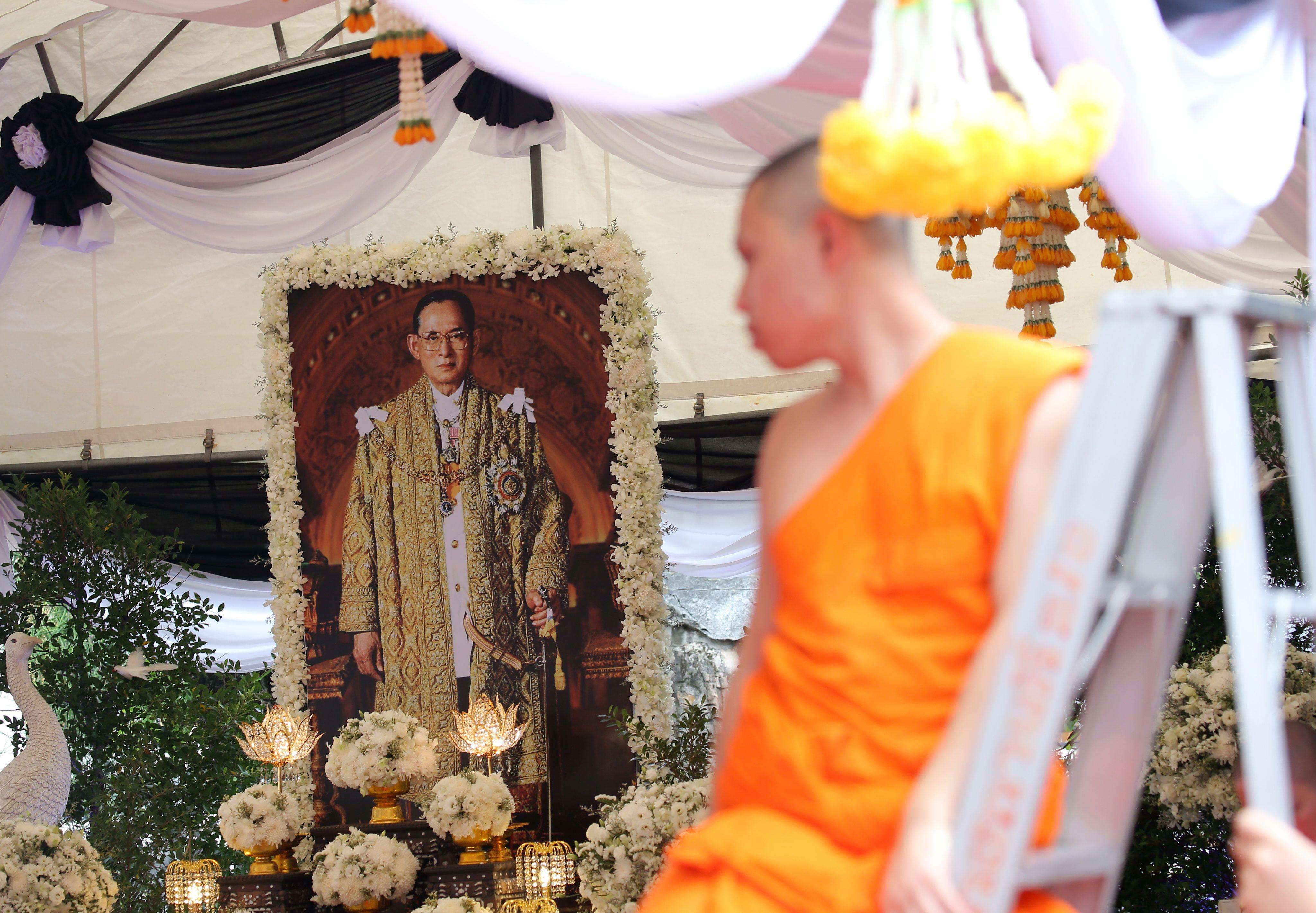 Tajlandia opłakuje zmarłego władcę. 88-letni Bhumibol był najdłużej panującym monarchą na świecie - zasiadał na tronie od 70 lat.