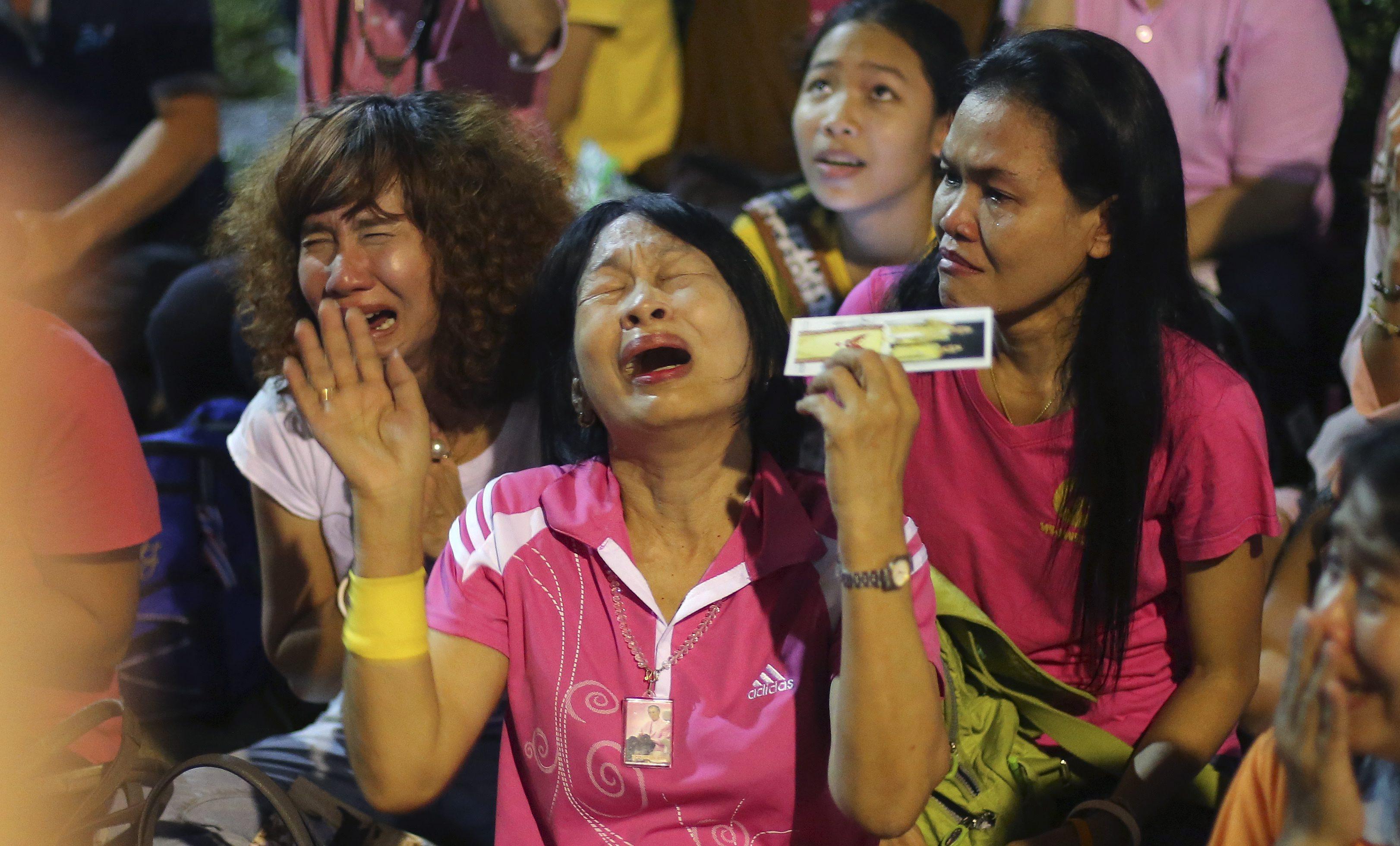 Około godziny 16 czasu lokalnego zmarł otoczony kultem król Tajlandii Bhumibol Adulyadej. Miał 88 lat i był najdłużej panującym monarchą na świecie. Gdy poinformowano o śmierci  Bhumibola Adulyadeja, pacjenci szpitala i obecni w ogrodach ludzie płakali, klękali i modlili się.