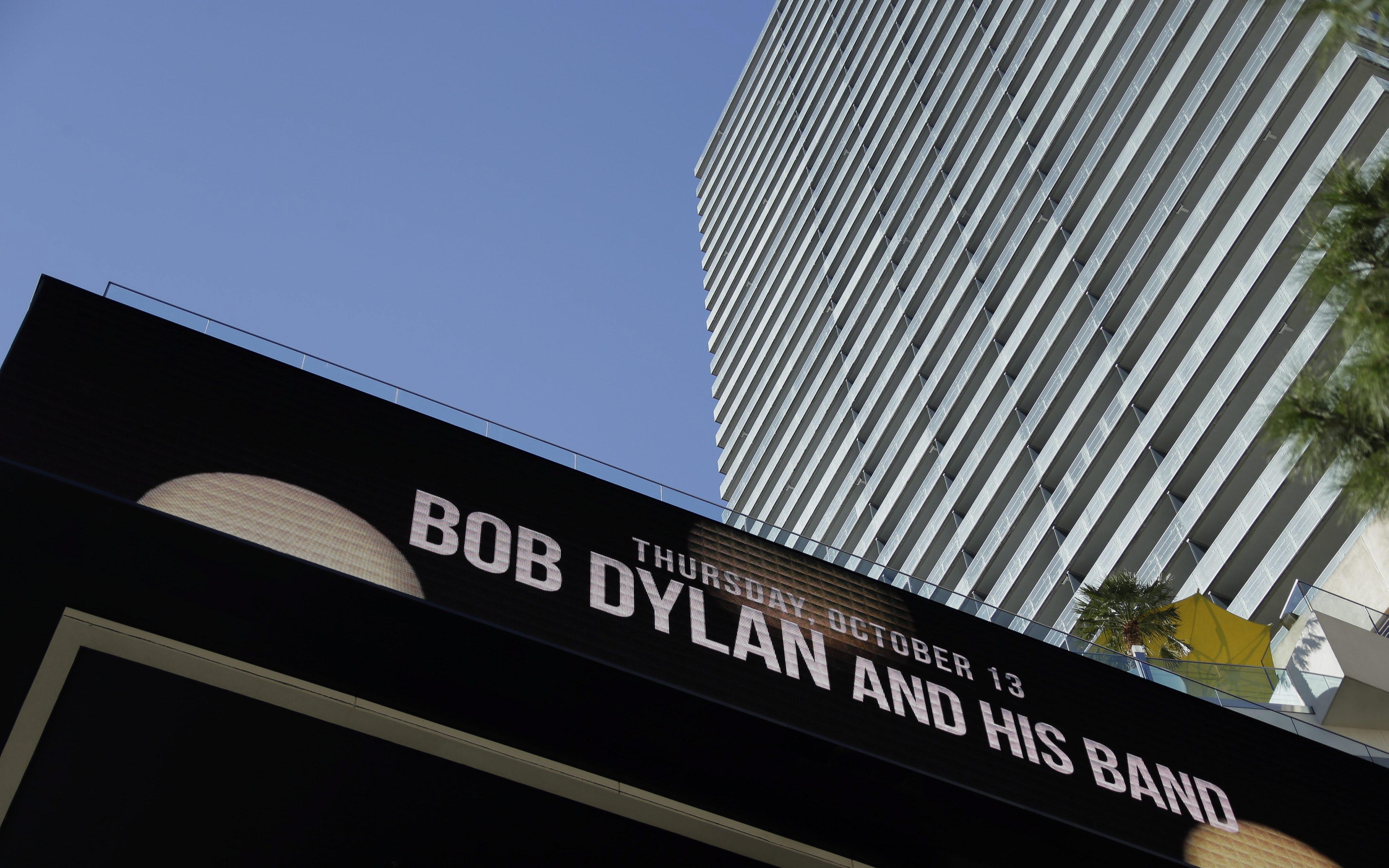 Bob Dylan dostał literackiego Nobla 2016. Wywołało to niemałe zaskoczenie wśród publiczności zgromadzonej w Sali Giełdy w Sztokholmie. Nie był faworytem w tegorocznych przednoblowskich spekulacjach, ale jego nazwisko jako potencjalnego kandydata do Nobla pojawiało się w poprzednich latach. Wielu obstawiało jednak, że po ponad 20 latach Nobel trafi nareszcie do autora z USA.