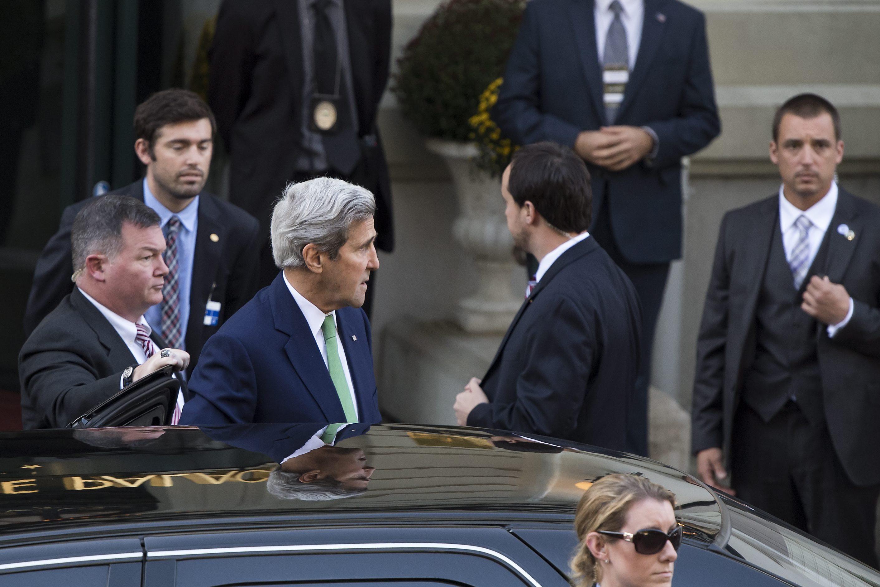 Lozanna. Z udziałem szefów dyplomacji USA i Rosji, Johna Kerry'ego i Siergieja Ławrowa, a także kilku muzułmańskich krajów regionu, rozpoczęło się w sobotę w Lozannie ministerialne spotkanie zorganizowane w celu podjęcia próby zakończenia rozlewu krwi w Syrii. fot. PAP/EPA/JEAN-CHRISTOPHE BOTT