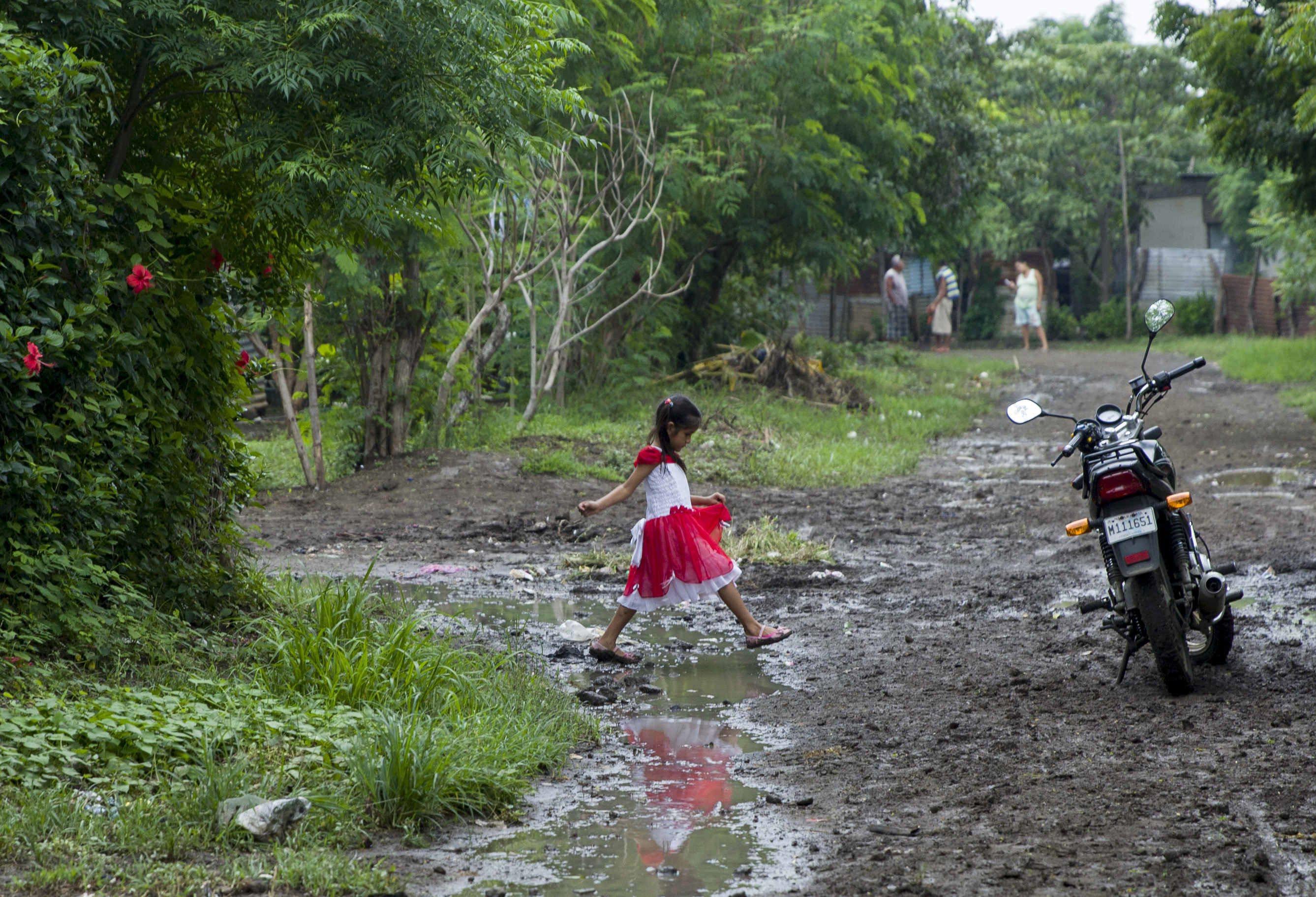 Obfite opady deszczu w Nikaragui. Fot. PAP/EPA/JORGE TORRES