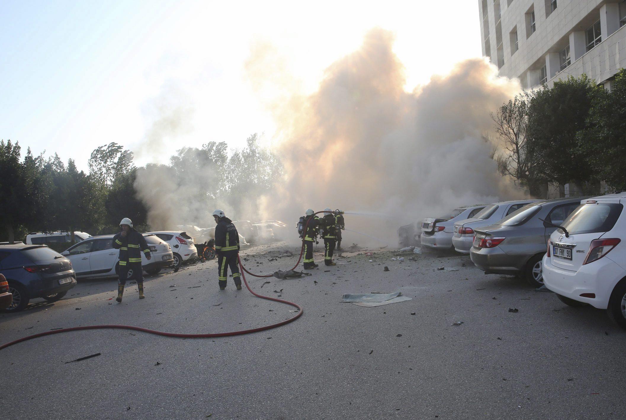 Eksplozja w części parkingowej budynku Izby Handlu i Przemysłu w Antalya, w Turcji. Nadal niewiadome są powody eksplozji. fot.  EPA/STR