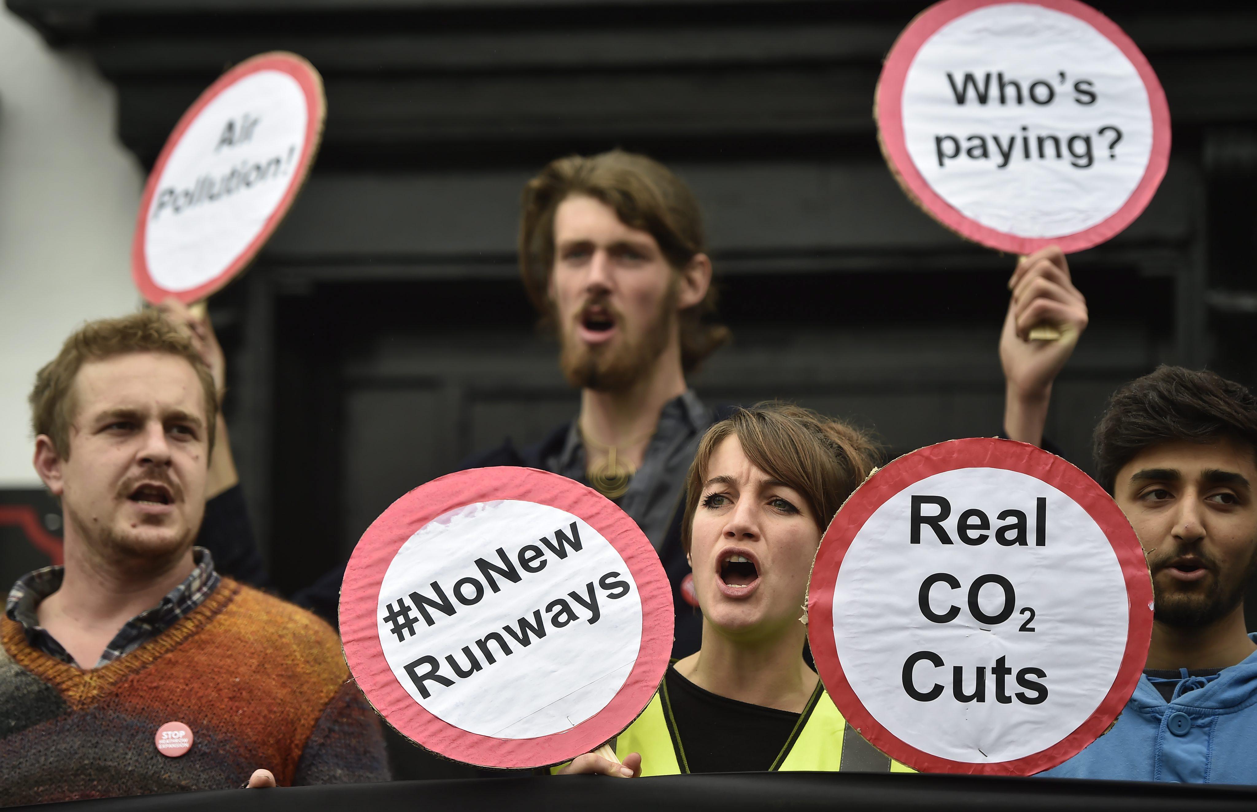 Protest w Harmondsworth przeciwko planom budowy trzeciego pasa startowego dla lotniska Heathrow. Budowa wiąże się ze zburzeniem setek domów. fot. EPA/HANNAH MCKAY