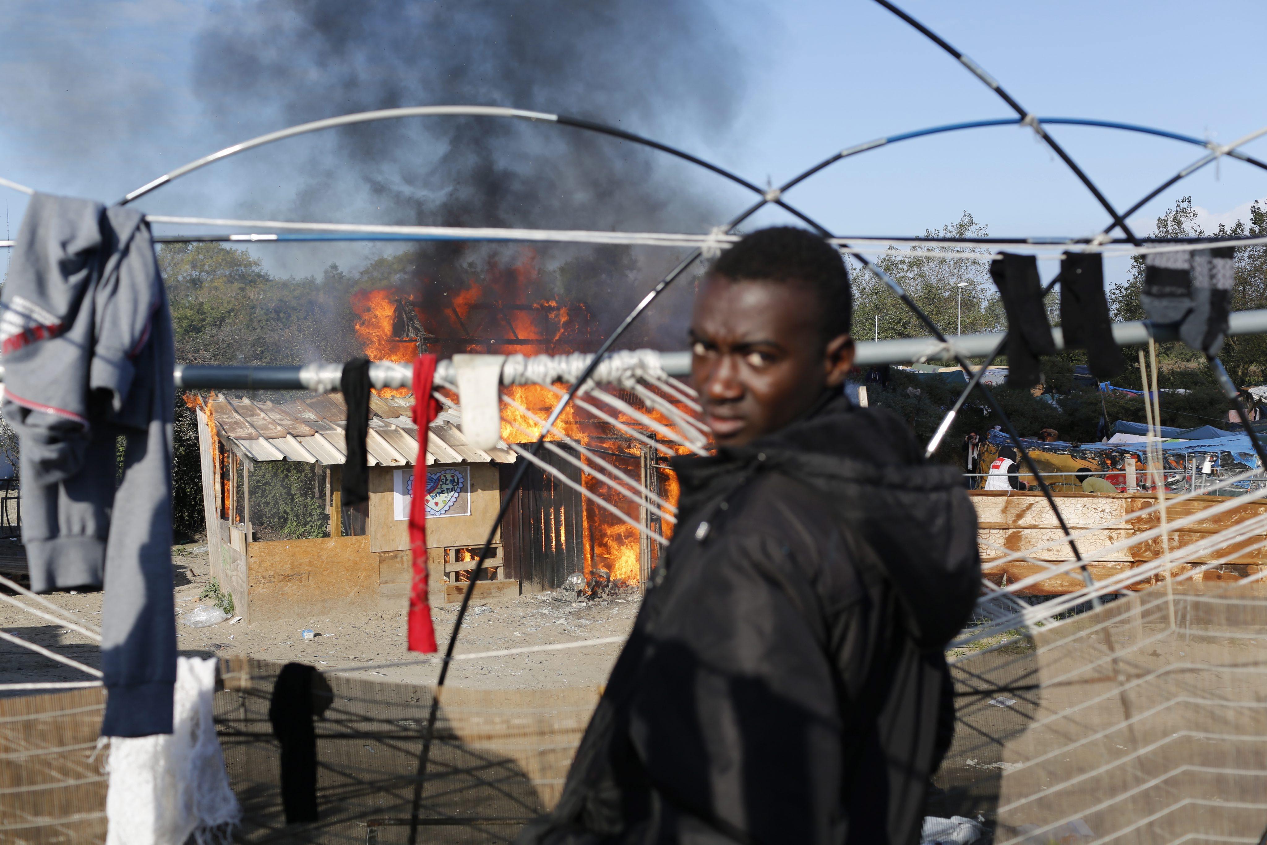 Rozpoczęło się niszczenie obozu dla migrantów Calais. fot. EPA/THIBAULT VANDERMERSCH