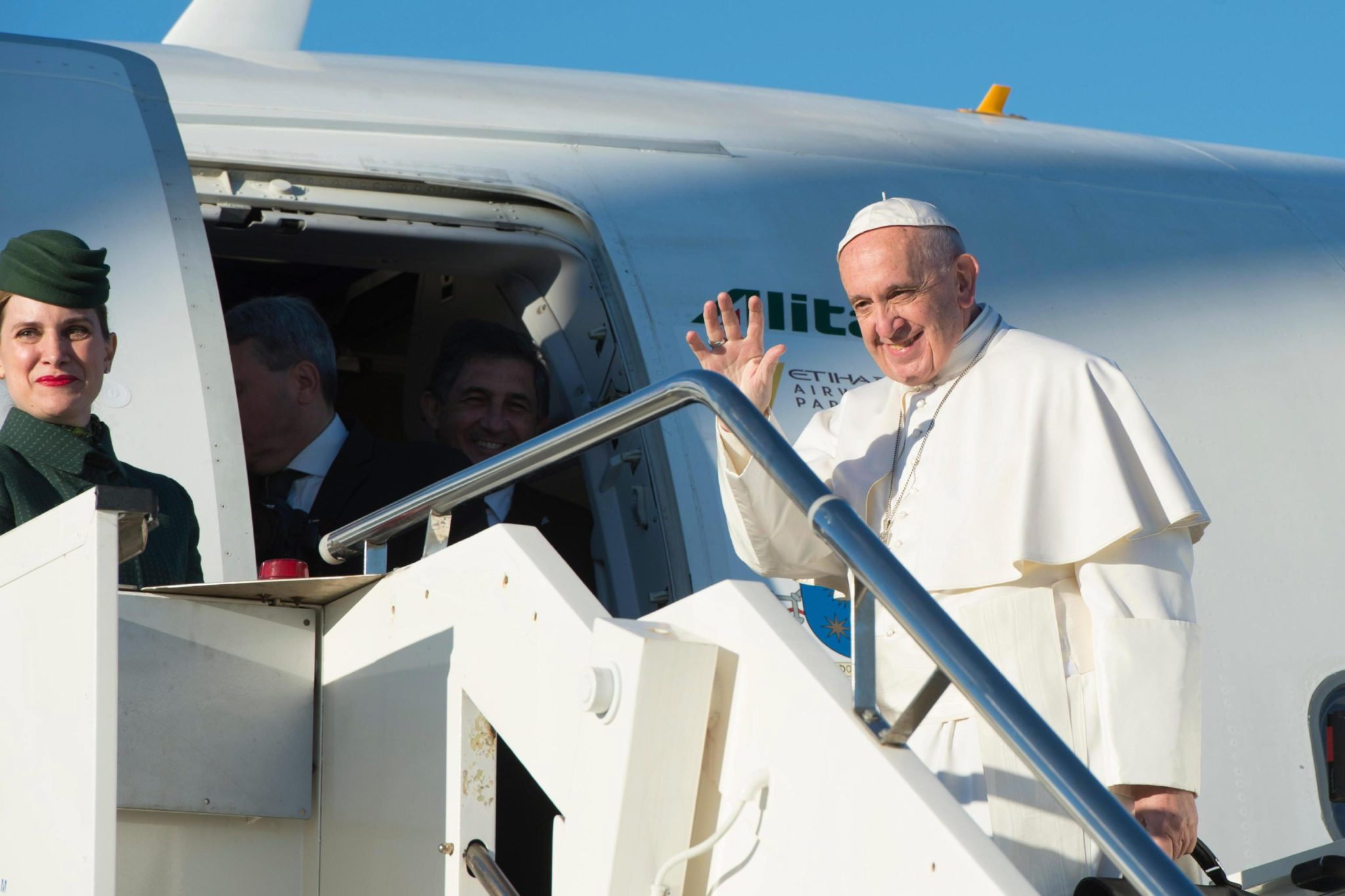 epa05610890 A handout picture provided by the Vatican newspaper L'Osservatore Romano shows Pope Francis boarding a plane for a two days visit to Sweden, at Fiumicino Airport, Rome, Italy, 31 October 2016. Pope Francis is visiting Malmo and Lund to participate in an ecumenical service and the beginning of a year of activities to mark the joint Lutheran-Catholic commemoration of the 500th anniversary of the Reformation.  EPA/OSSERVATORE ROMANO/HANDOUT  HANDOUT EDITORIAL USE ONLY/NO SALES Dostawca: PAP/EPA.