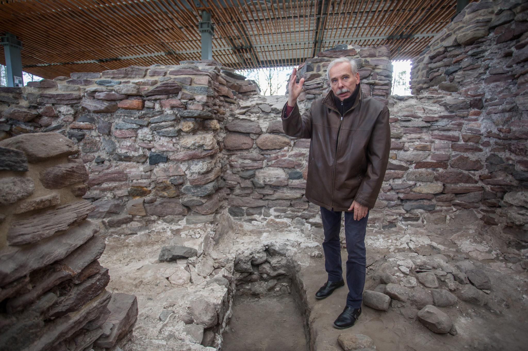 Starszy kustosz, kierownik działu archeologicznego Muzeum Pierwszych Piastów na Lednicy dr Janusz Górecki prezentuje odrestaurowane pozostałośœci jednego z basenów chrzcielnych z kaplicy pałacowej na Ostrowie Lednickim. Przez ostatnie 28 lat zabytek wykonany z gipsu jastrychowego spoczywał pod ziemią, zabezpieczony w ten sposób przez archeologów przed ewentualnymi uszkodzeniami. Według naukowców bardzo prawdopodobne jest, że baseny były miejscami chrztu księcia Mieszka I oraz jego rodziny i najbliższego otoczenia. Fot. PAP/Paweł Jaskółka