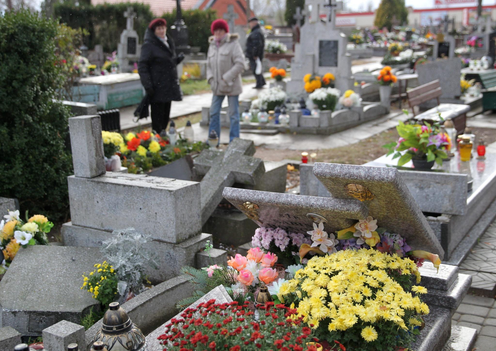 Zniszczone nagrobki na cmentarzu komunalnym w Ełku. Policjanci prowadzący czynnośœci mające ustalić sprawców wandalizmu doliczyli się około stu zdewastowanych grobów. Prezydent Ełku wyznaczył nagrodę w wysokoœści 10 tys. zł osobie, która ułatwi identyfikację sprawców. Fot. PAP/Tomasz Waszczuk