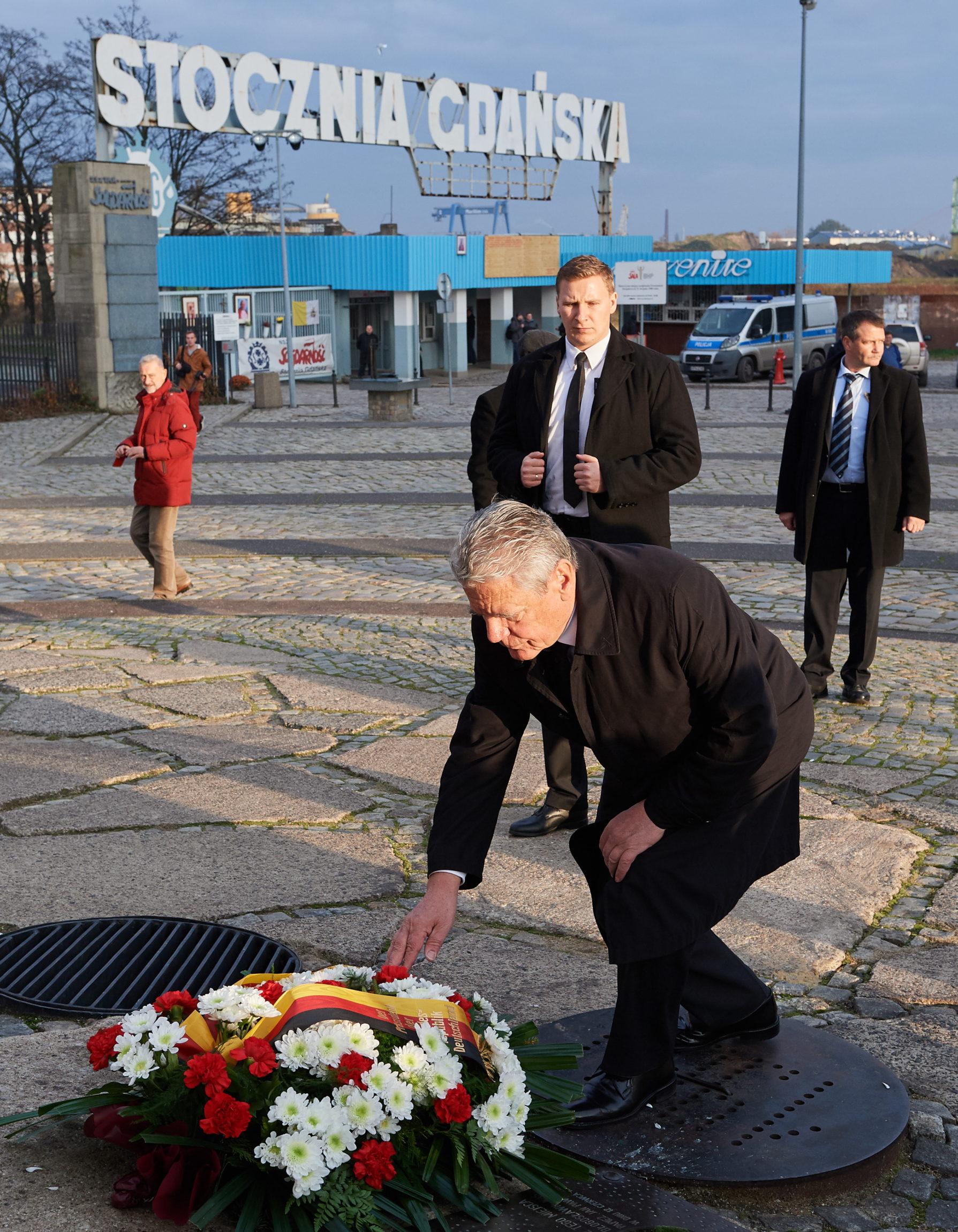 Prezydent Niemiec Joachim Gauck złożył kwiaty przed pomnikiem Poległych Stoczniowców 1970. Niemiecki prezydent przebywał, 10 listopada w Gdańsku. Fot. PAP/Adam Warżawa