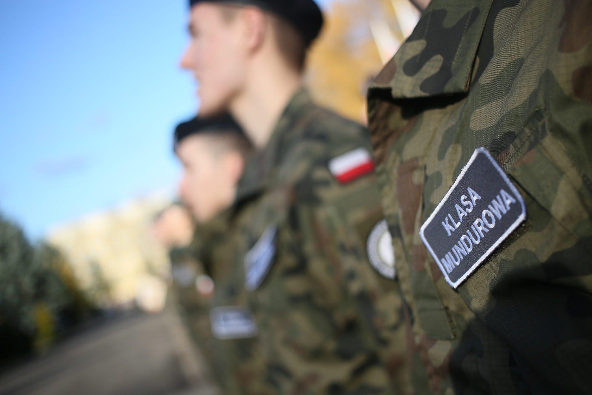 Polska: apel klas mundurowych przed rozpoczęciem konferencji eksperckiej poświęconej Wojskom Obrony Terytorialnej w Warszawie (foto. PAP/Leszek Szymański)