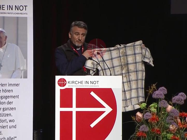 Würzburg: ks. Douglas Bazi prezentuje koszulę,w której był porwany przez Al Kaidę