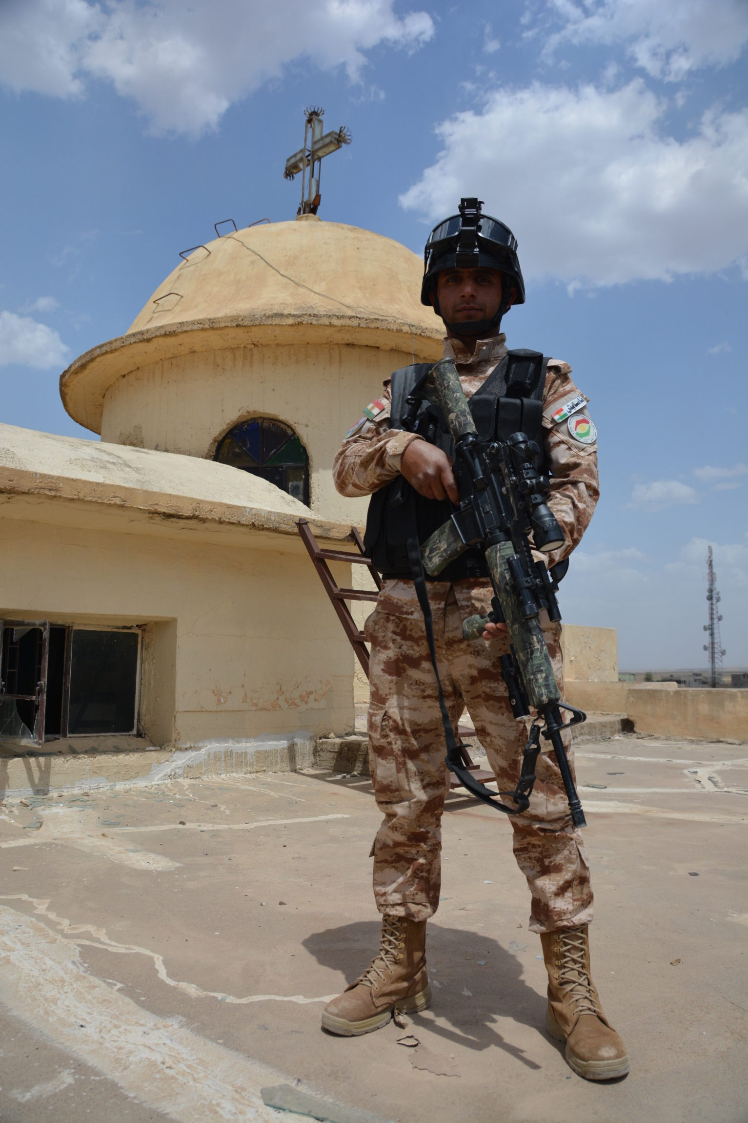 Irak: żołnierz z odziału Peshmkergów po odbisciu miasta z rąk ISIS