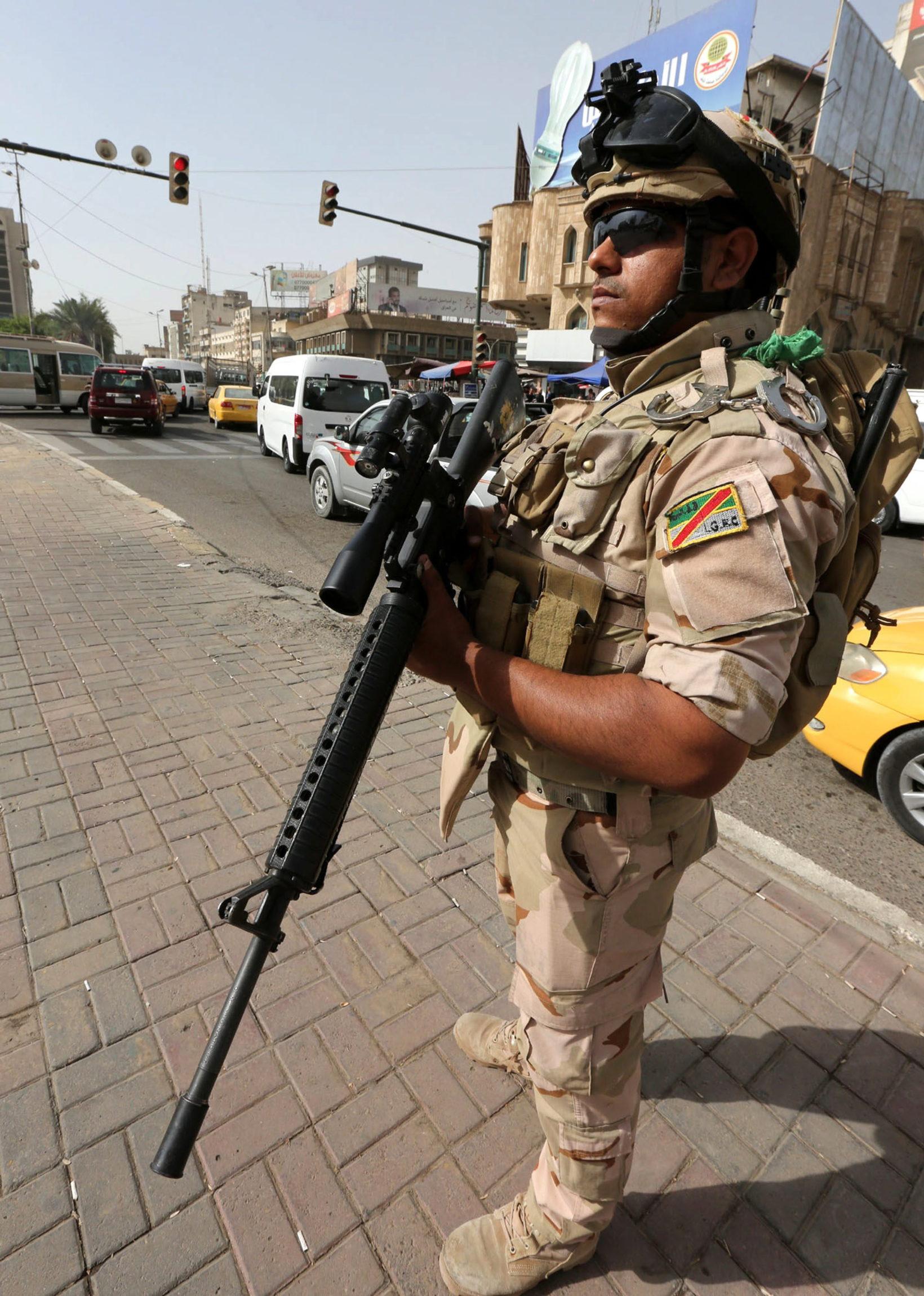 Irak: żołnierz irackiej armii podczas patrolu w Bagdadzie (foto. PAP/EPA/ALI ABBAS)