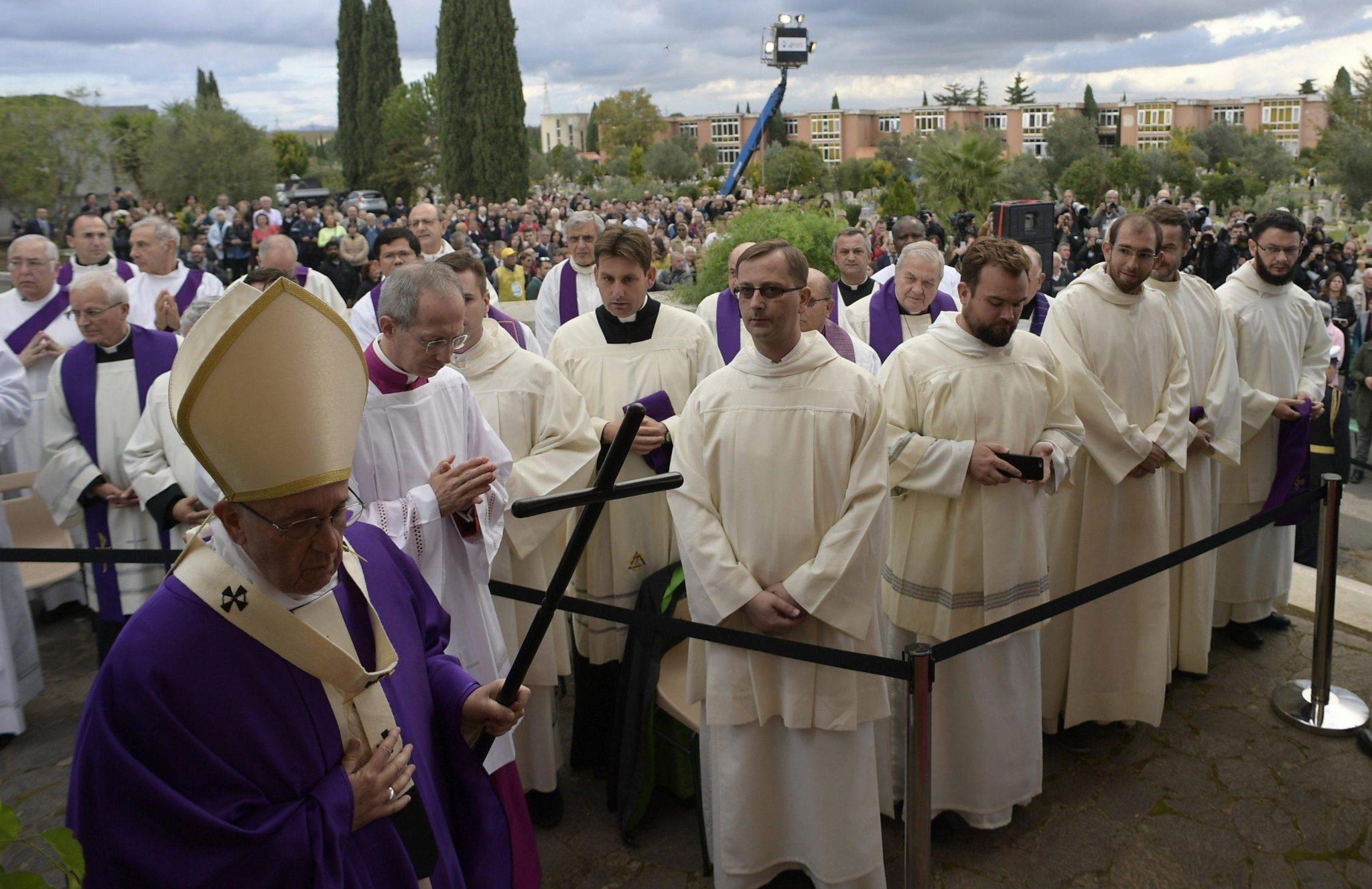 Rzym: papież Franciszek podczas Mszy św. w dzień zaduszny, na rzymskim cmentarzu Flaminio (foto. PAP/EPA/OSSERVATORE ROMANO)