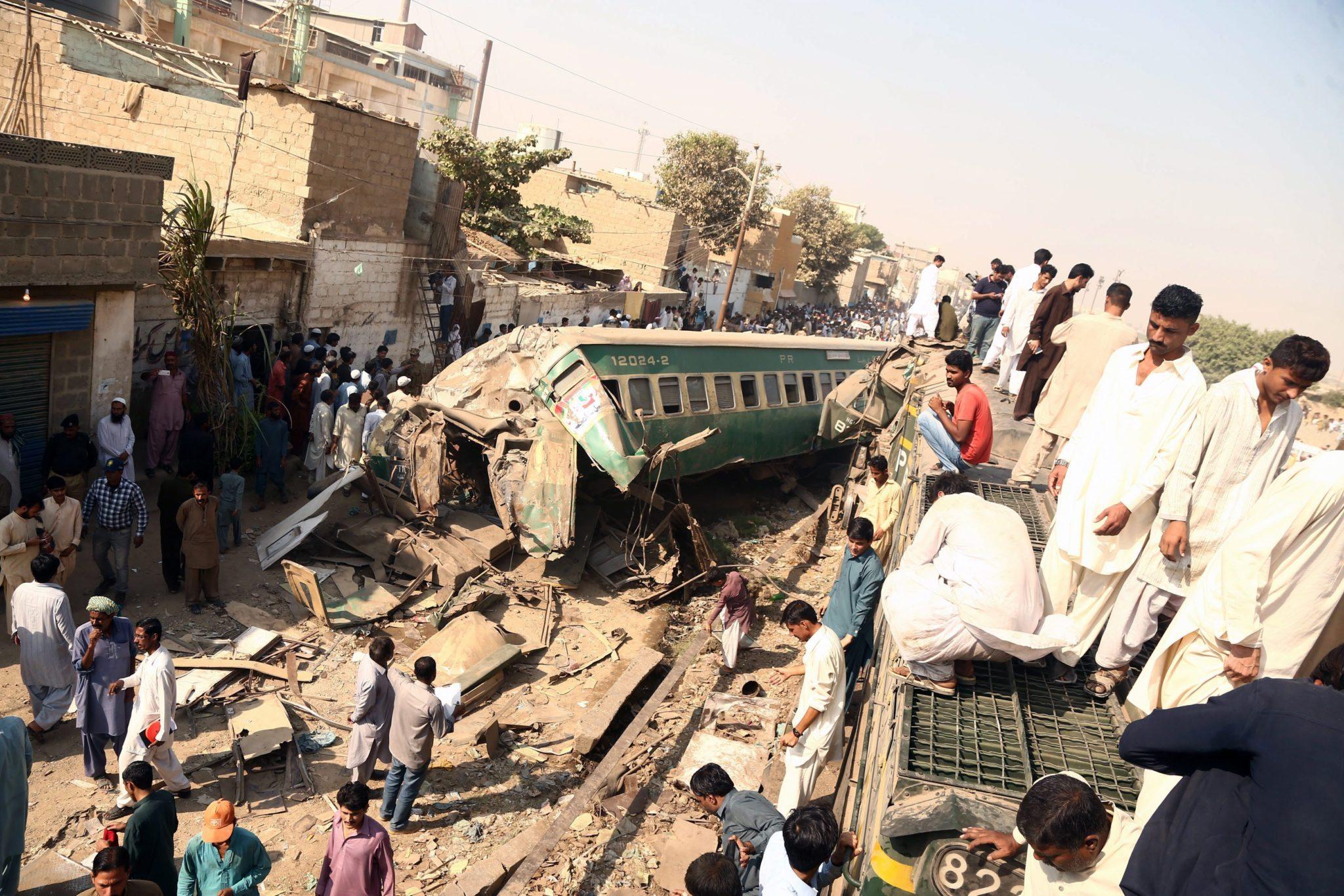 Wypadek pociągu w Karachi w Pakistanie. Przynajmniej 17 pasażerów nie żyje, 50 jest rannych. Fot.  EPA/REHAN KHAN