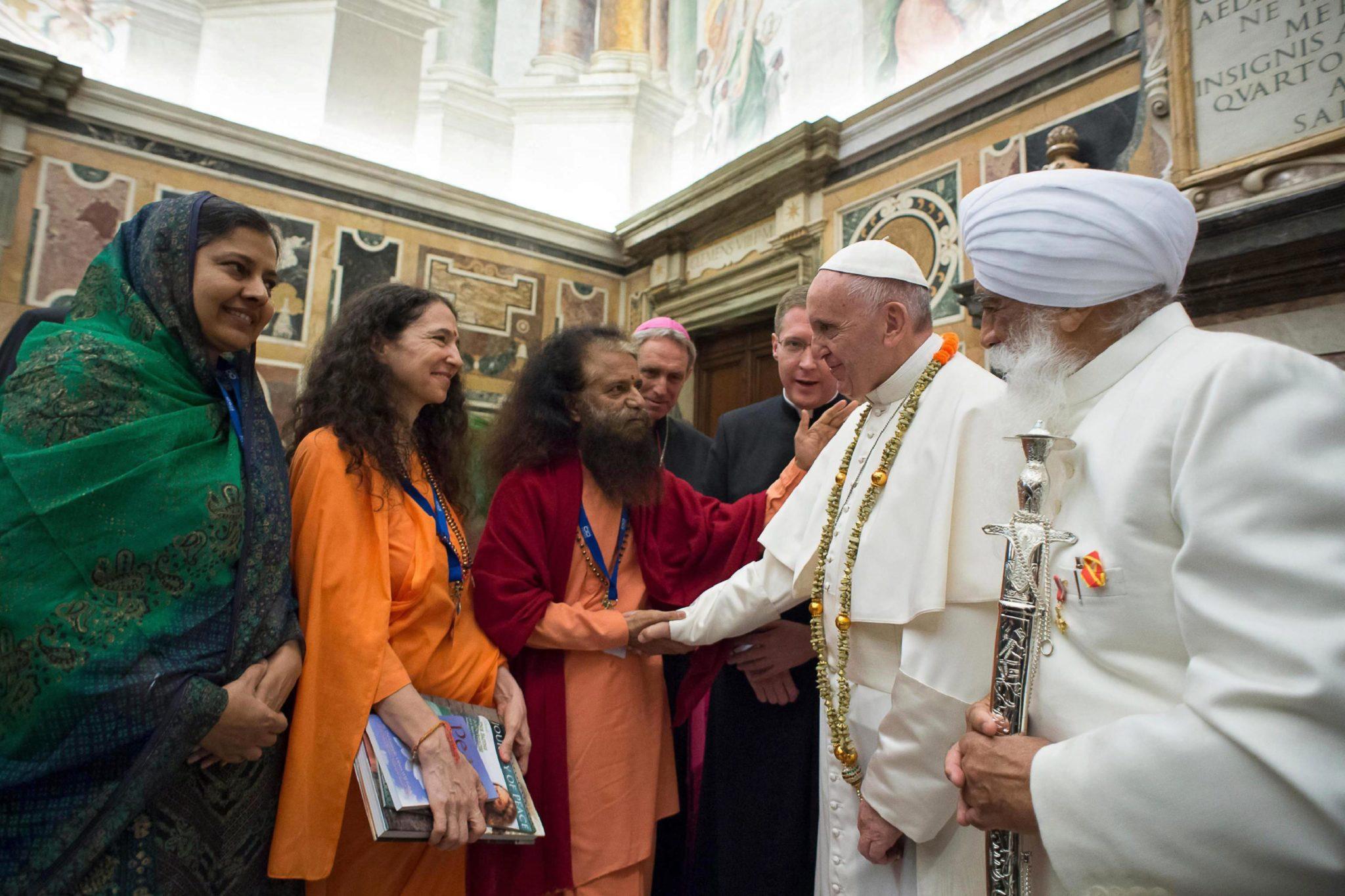 Papież Franciszek  na audiencji wielu religii. Uczestniczyło w niej 200 reprezentantów wspólnot religijnych (w tym muzułmańskich, buddyjskich, żydowskich i hinduskich). Fot. EPA/OSSERVATORE ROMANO / HANDOUT  HANDOUT EDITORIAL USE ONLY/NO SALES