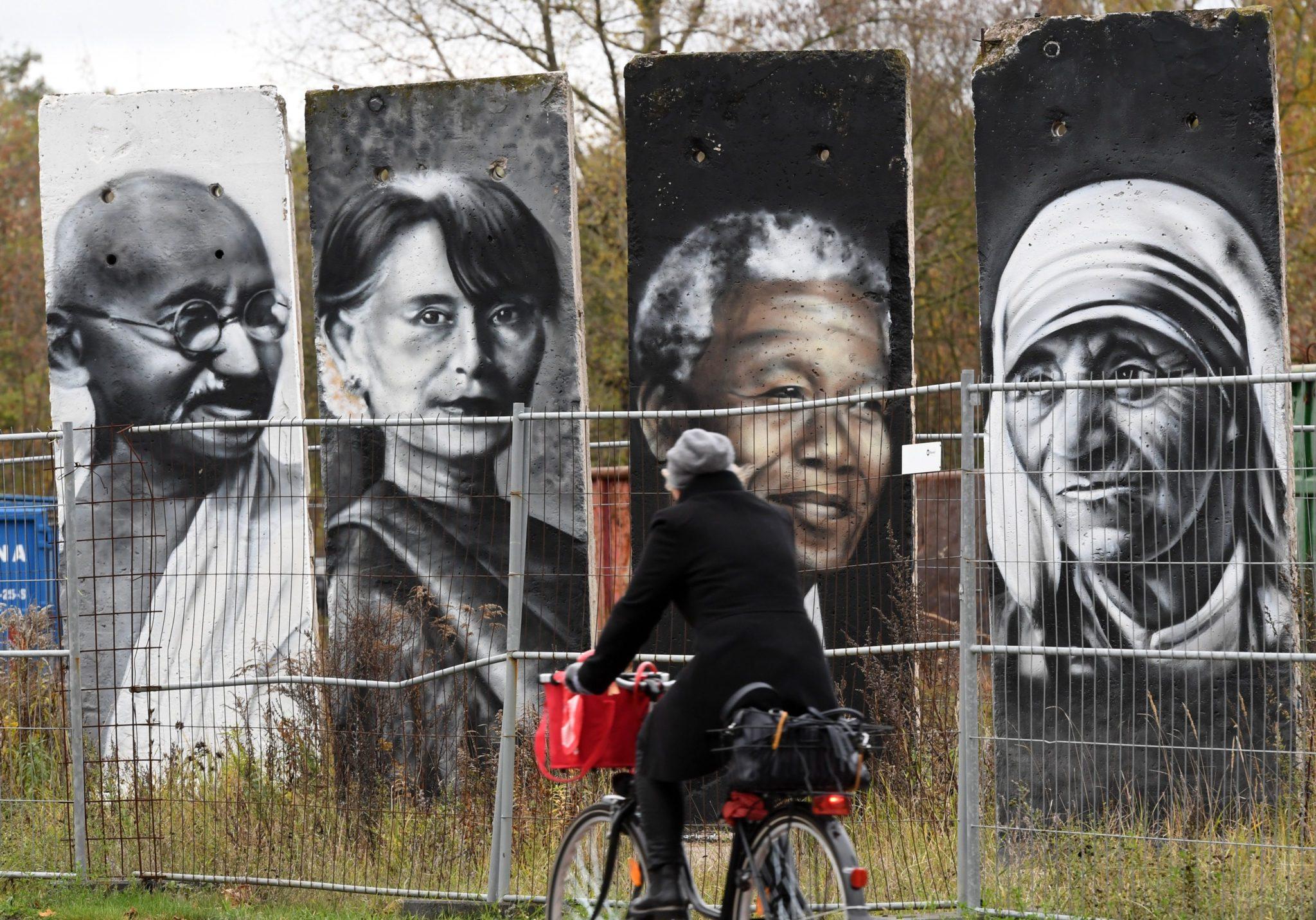 Berlin: 27 rocznica zburzenia muru berlińskiego (foto. PAP/EPA/RALF HIRSCHBERGER)