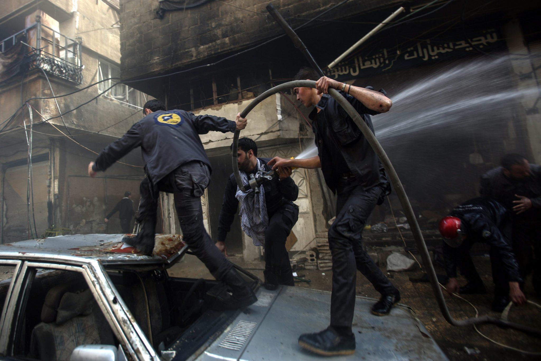 Syria: zbombardowane miasto Douma (foto. PAP/EPA/MOHAMMED BADRA)