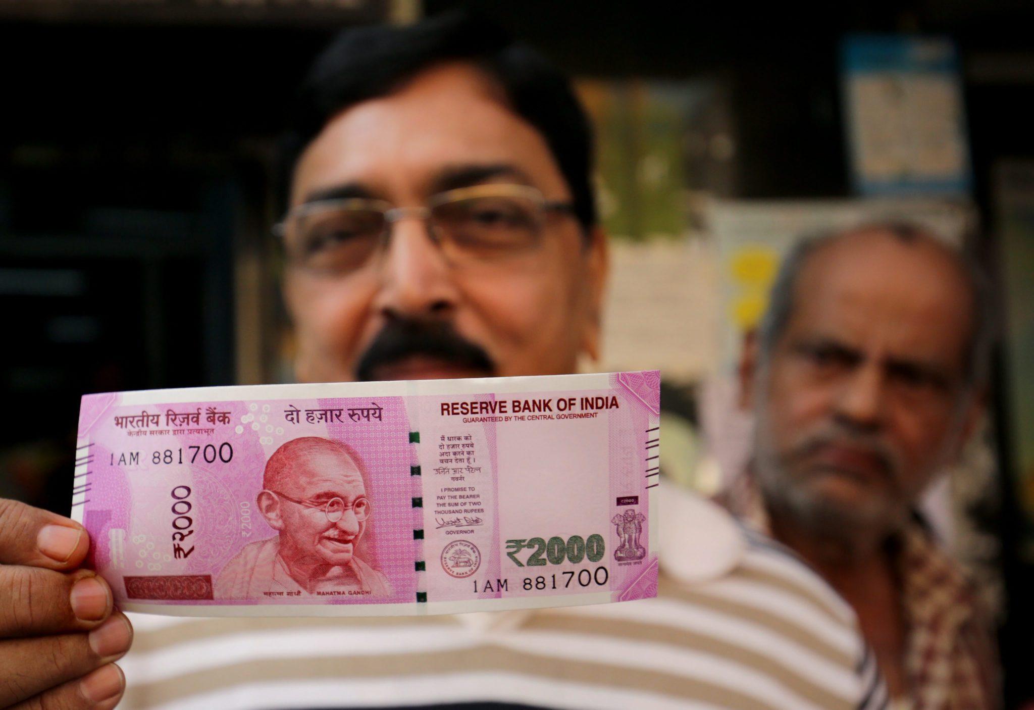 Do 30 grudnia mieszkańcy Indii będą mogli wymienić banknoty o nominale 500 i 2000 rupii. Fot. PAP/EPA/PIYAL ADHIKARY