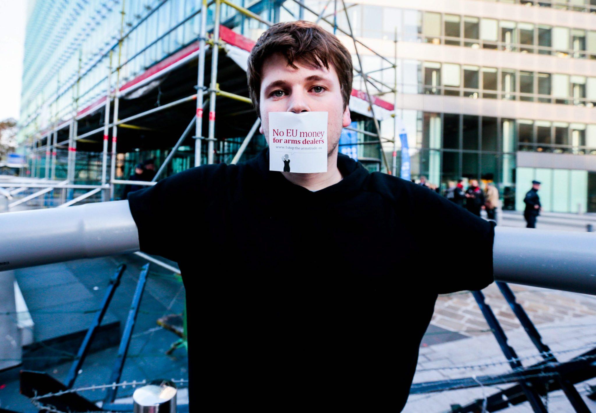 Protest przeciwko finansowaniu przemysłu zbrojeniowego przed budynkiem Komisji Europejskiej. Fot. PAP/EPA/STEPHANIE LECOCQ