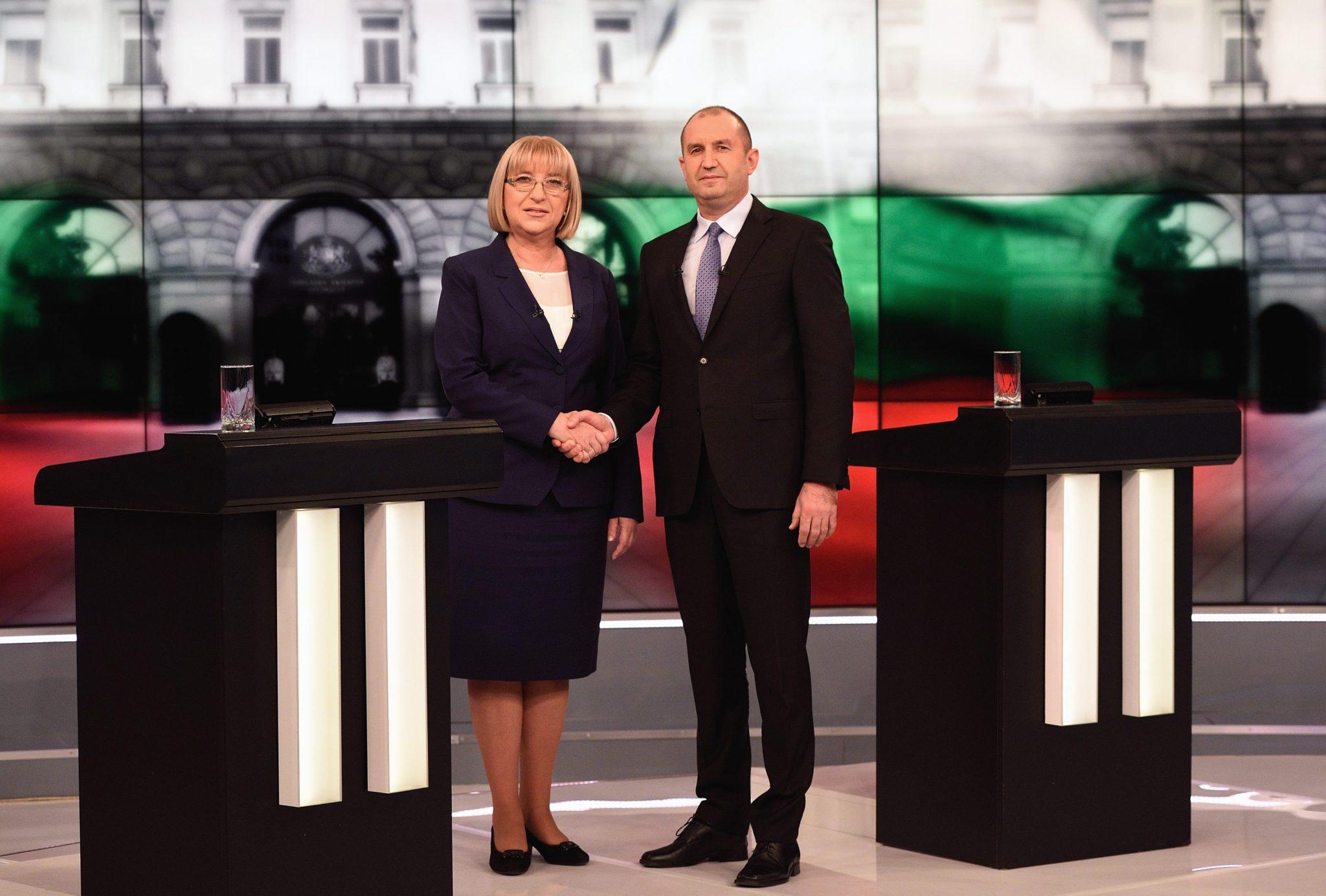 Dwaj kandydaci na prezydenta Bułarii: Rumen Radev i Tsetska Tsacheva podczas debaty telewizyjnej. Fot. PAP/EPA/VASSIL DONEV