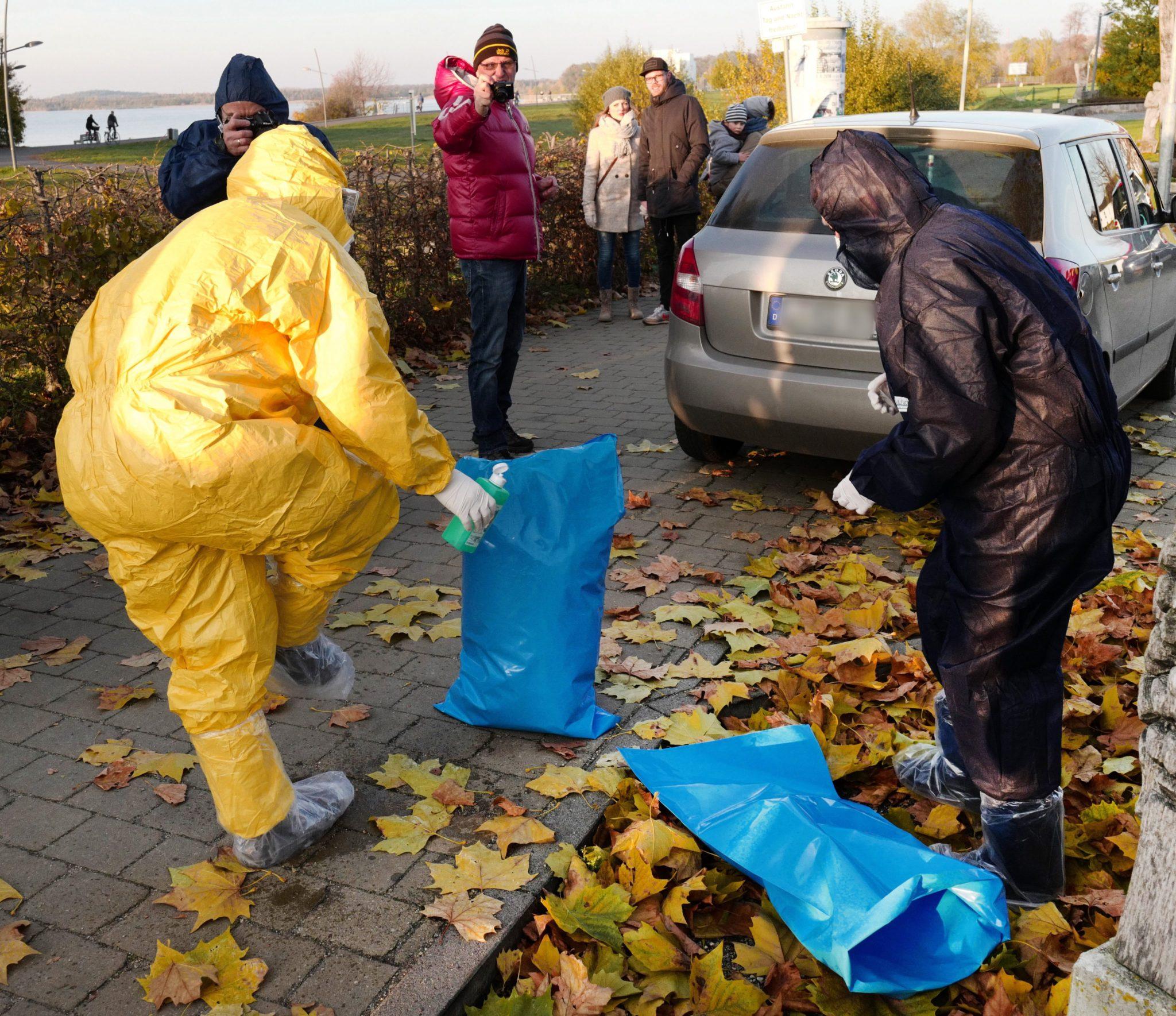 Pracownicy Inspektoratu weterynarii noszą ochronne stroje przy kolejnym znalezisku ptaka zarażonego prawdopodobnie wirusem ptasiej grypy. Markkleeberg, Niemcy.
