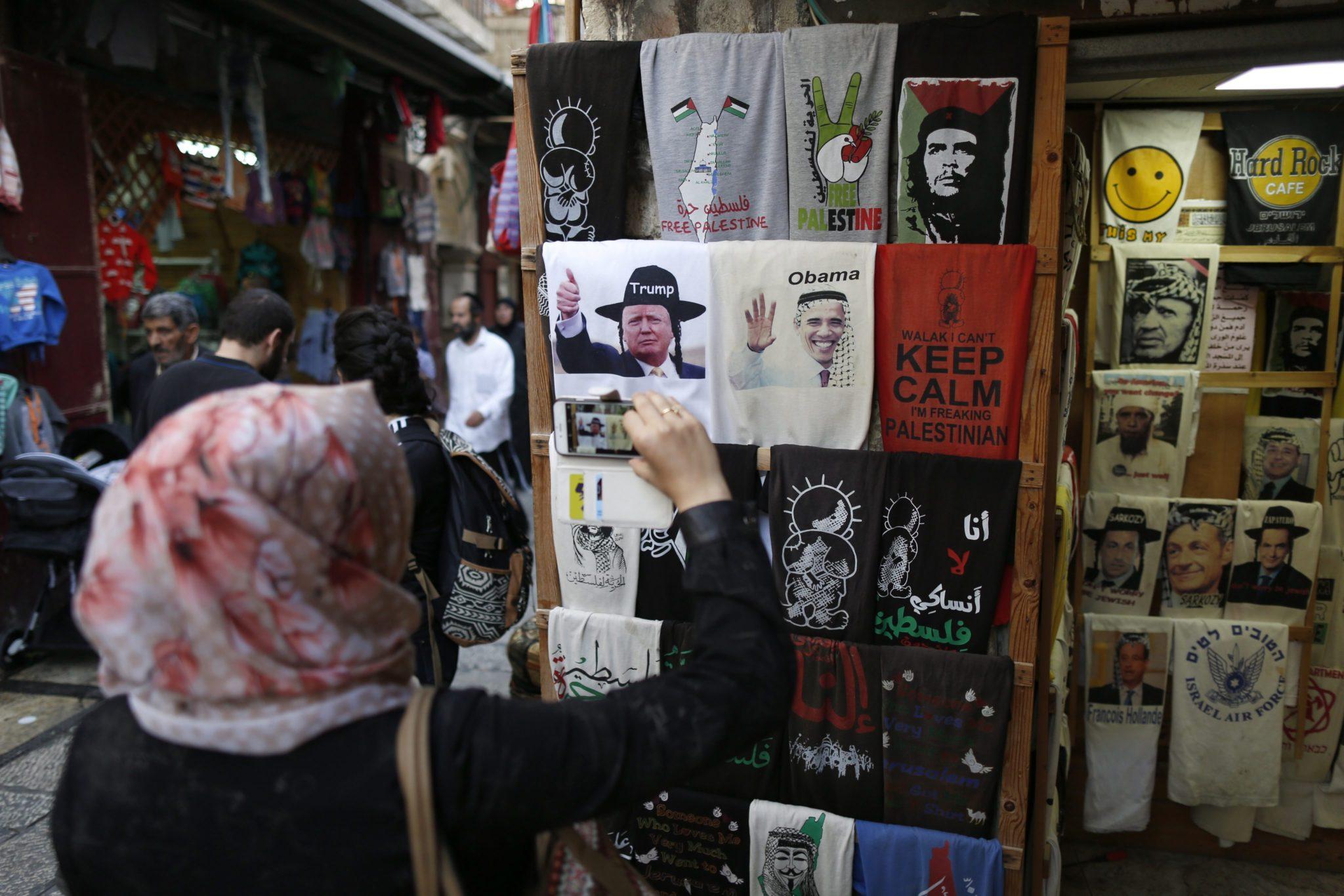 Ludzie zatrzymują się i robią zdjęcia koszulek na których widnieją obecny i przyszły prezydent USA. Izrael żywo reaguje na wybory prezydenckie w Stanach Zjednoczonych. Jeruzalem, Izrael.