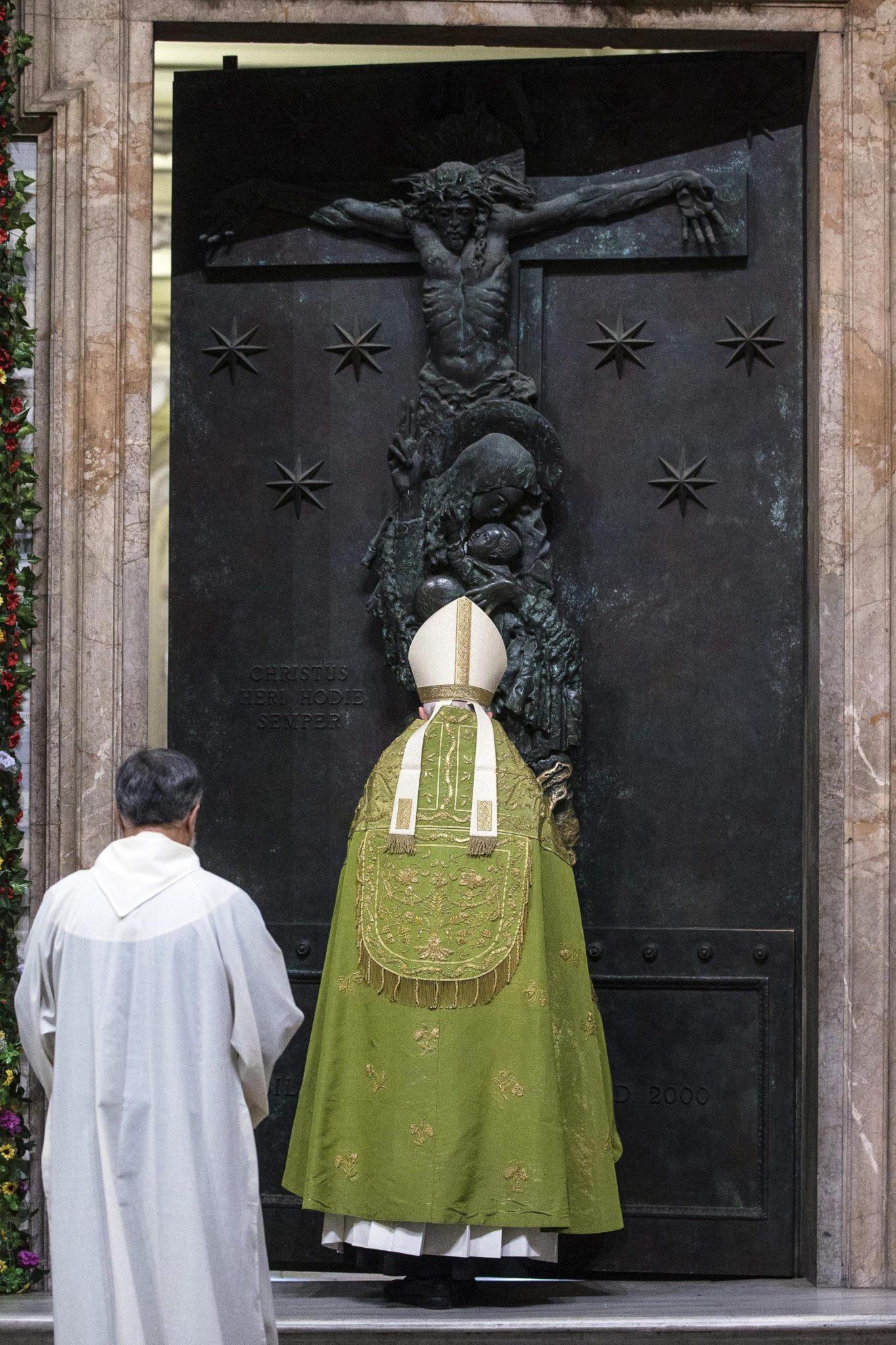 Kardynał Agostino Vallini zamyka Święte Drzwi w bazylice św. Jana na Lateranie. Święty Rok Miłosierdzia kończy się już 20. listopada.