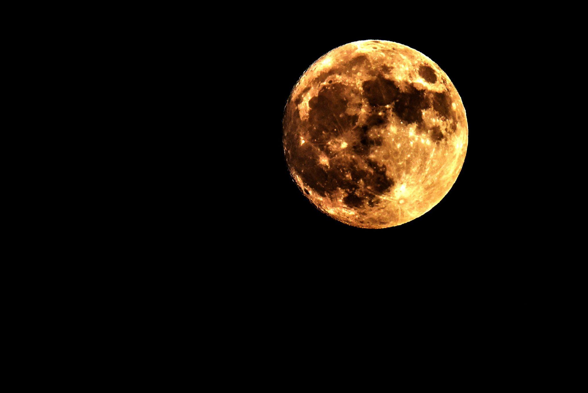 Księżyc wstaje nad miastem Skopje. Dzień przed momentem, w którym księżyc będzie najbliżej ziemi od 70 lat. Skopje, Macedonia.