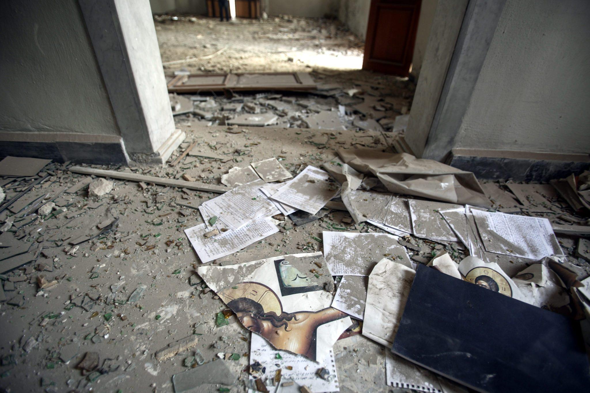 Podarte wizerunki Jezusa leżą na podłodze zniszczonego nalotami bombowymi kościoła pw. św. Eliasza w mieście Harasta, w pobliżu Damaszku, Syria.