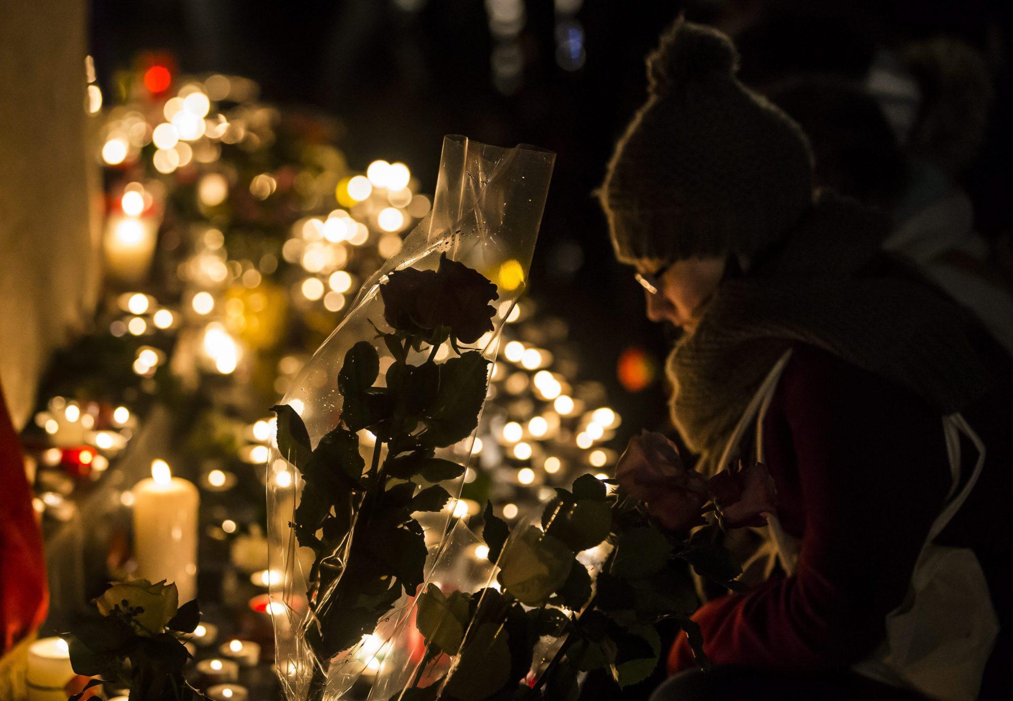 Kobieta upamiętnia ofiary zamachów w Paryżu w pierwszą rocznicę tragedii, Place de la Republique, Paryż, Francja