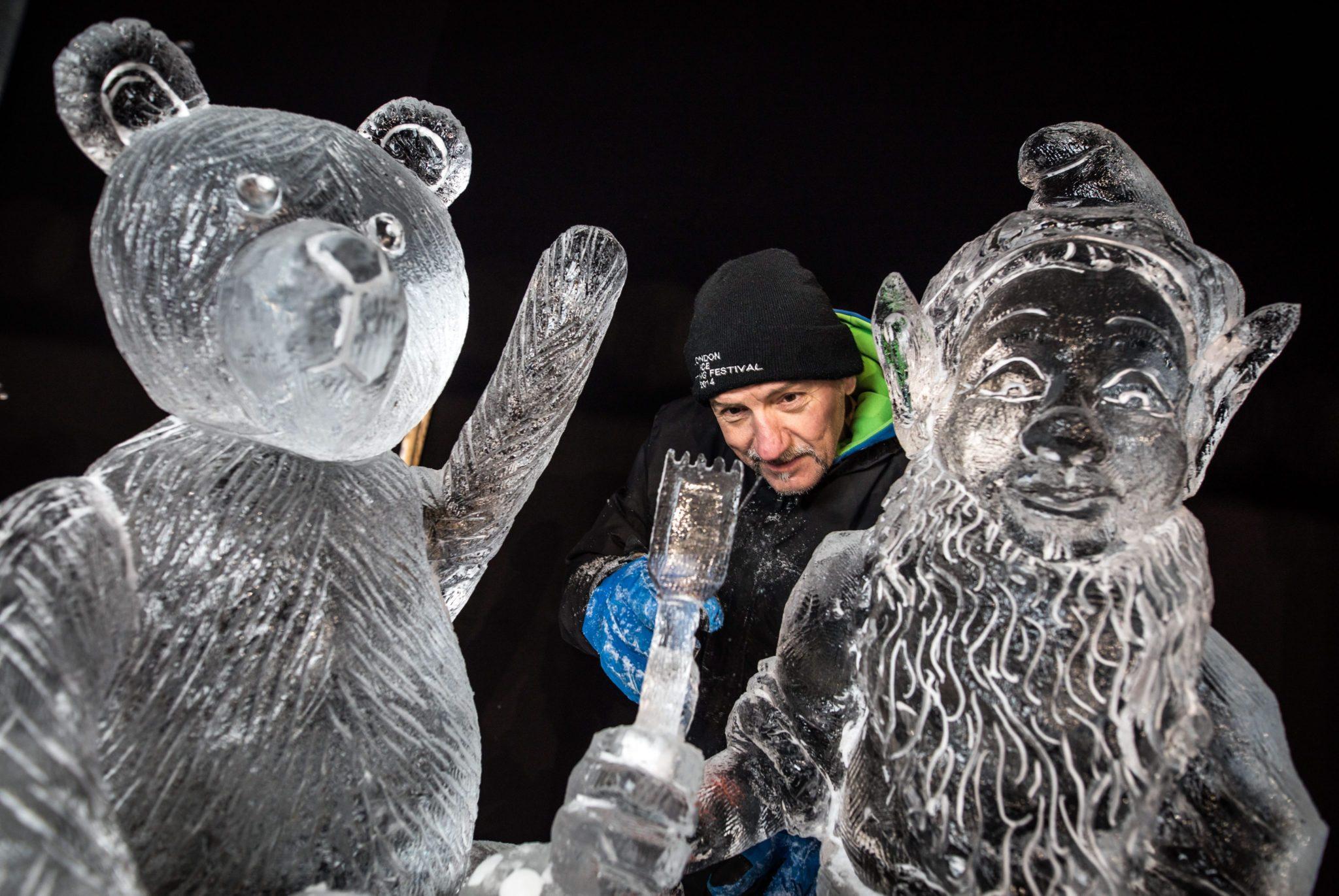 Niemcy: wystawa lodowych rzeźb w Mainz (foto. PAP/EPA/FRANK RUMPENHORST)