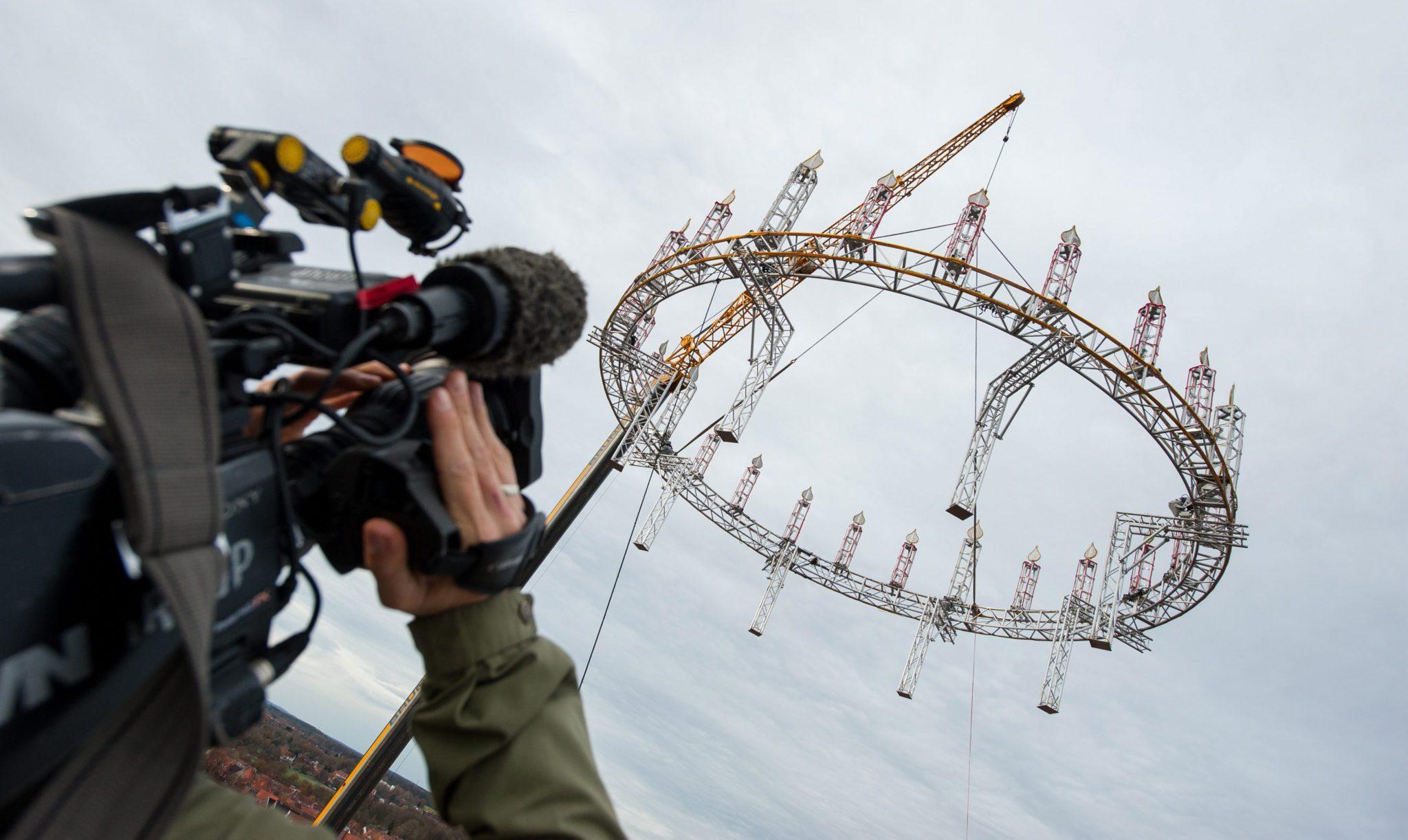 Niemcy: instalacja wieńca adwentowego w Lueneburg (foto. PAP/EPA/PHILIPPSCHULZ)