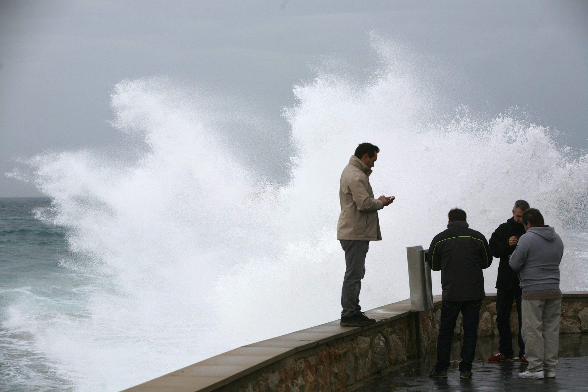 Hiszpania: sztorm w Tarragonie w północno wschodniej części Hiszpanii (foto. PAP/EPA/JAUME SELLART)