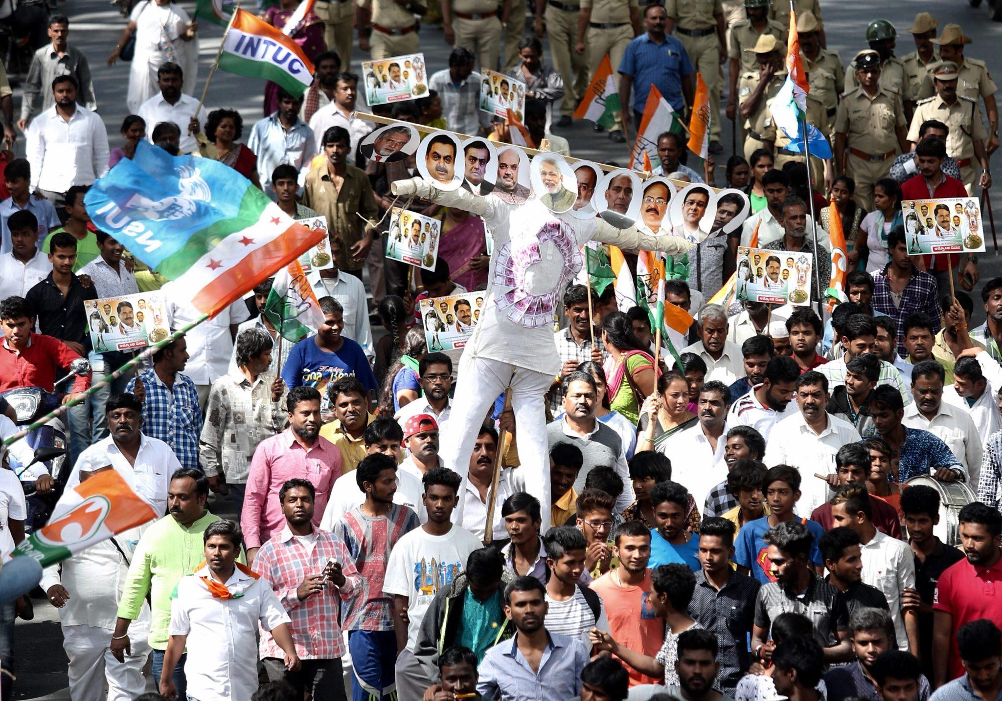 Indie: protest przeciwko denominacje lokalnej waluty w Bangalore (foto. PAP/EPA/JAGADEESH NV)