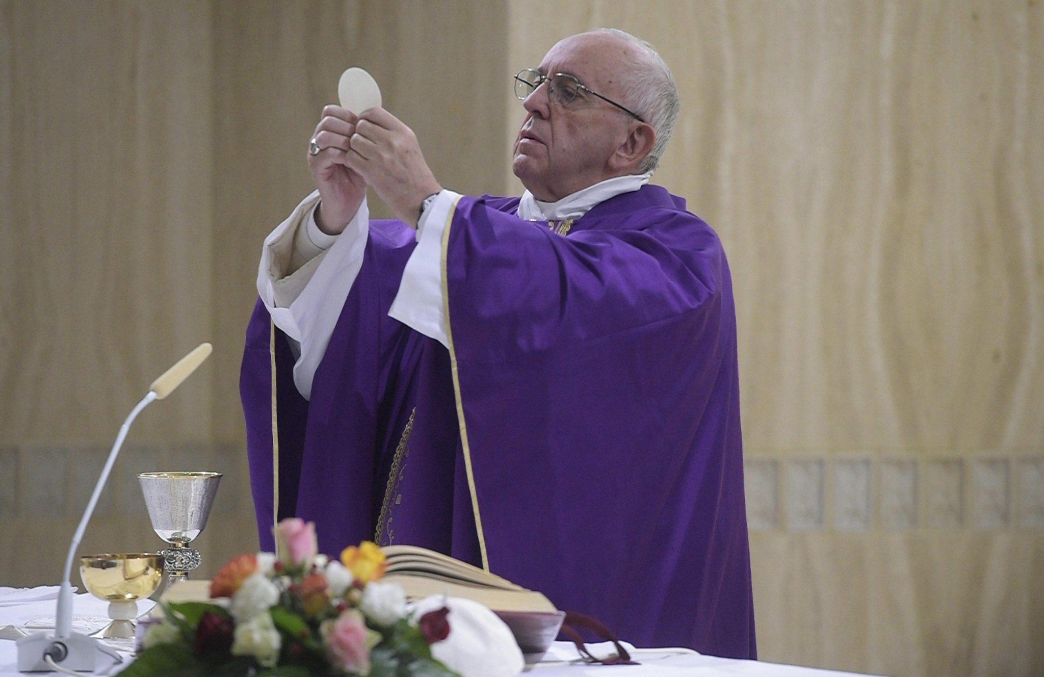 Watykan: papież Franciszek podczas odprawiania Mszy św. w Domu św. Marty (foto. PAP/EPA/OSSERVATORE ROMANO)