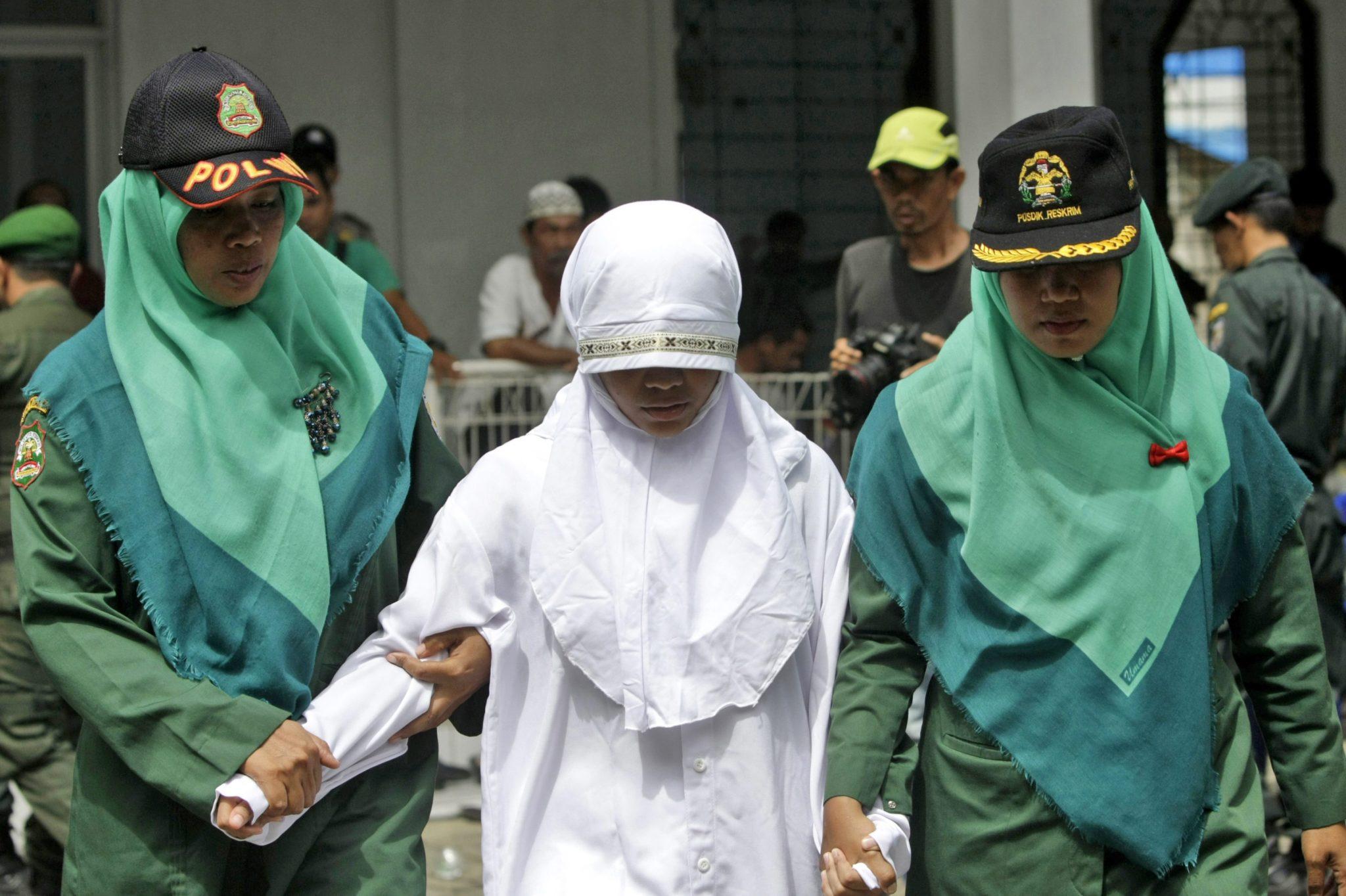 Indonezja: kobieta prowadzona na chłostę za złamania prawa szariatu w Aceh (foto. PAP/EPA/HOTLI SIMANJUNTAK)