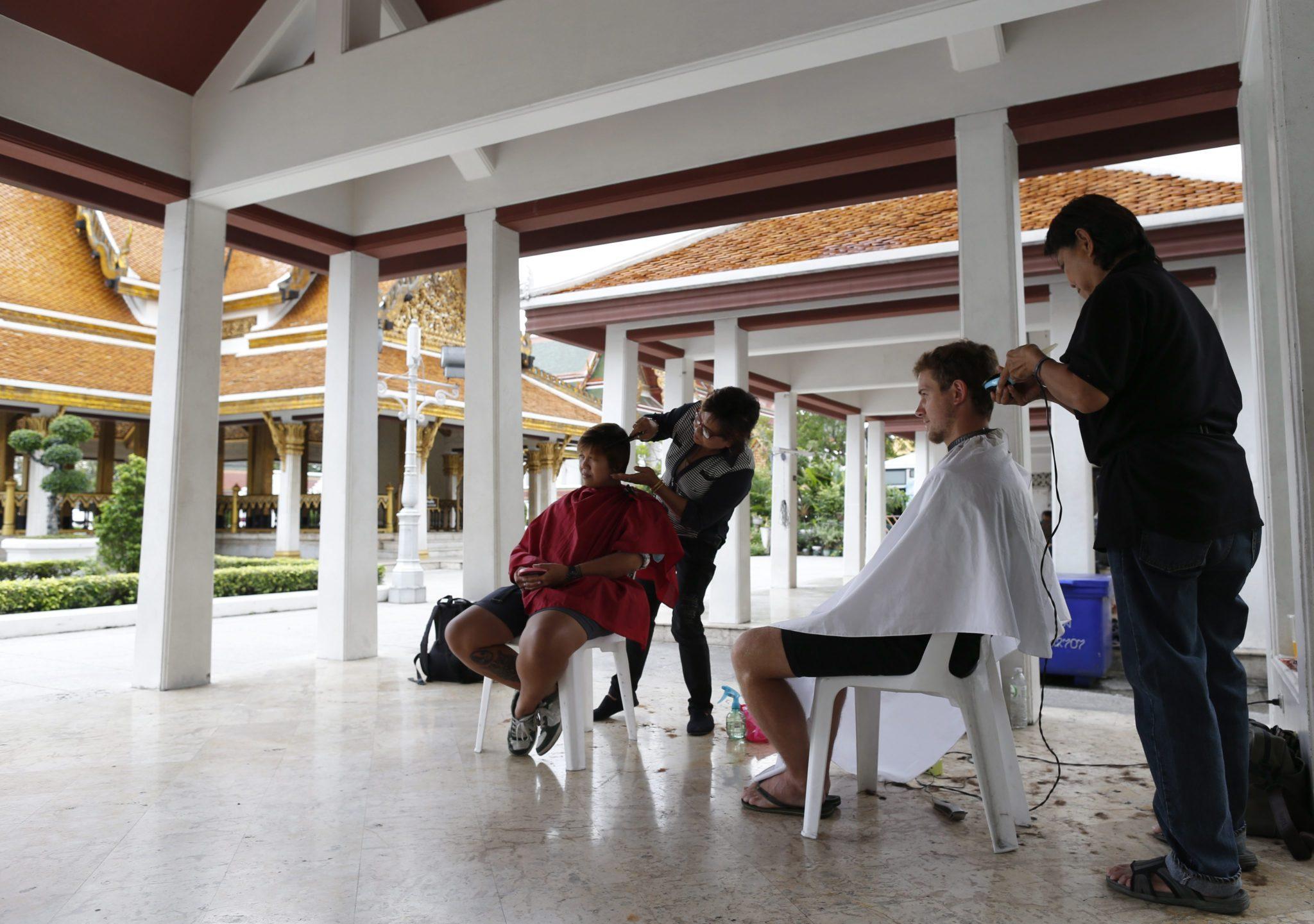 Tajlandia: darmowe usługi fryzjerskie w Bangkoku (foto. PAP/EPA/RUNGROJ YONGRIT)