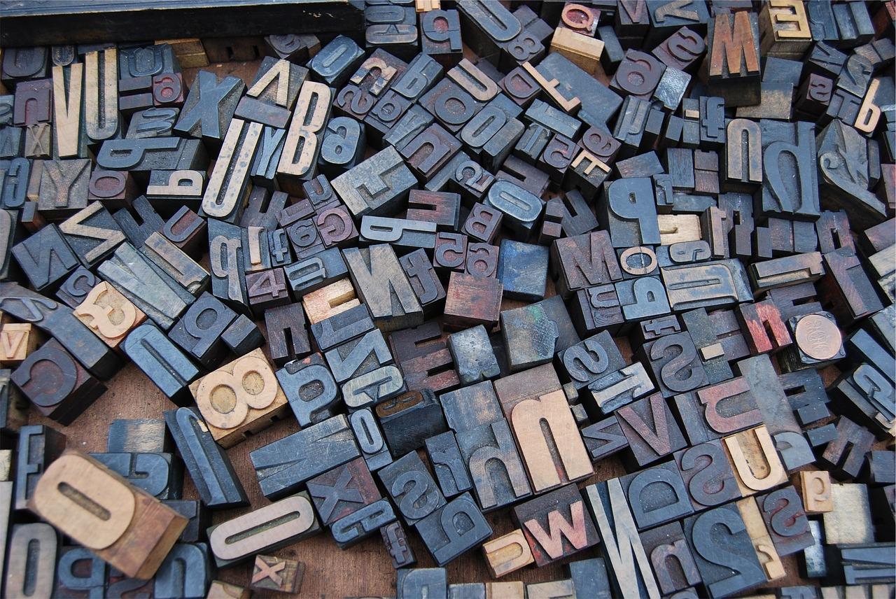 Towarzyszą nam codziennie, a jednak nie zawsze potrafimy je rozszyfrować. Co oznaczają poszczególne litery w polskich skrótowcach?