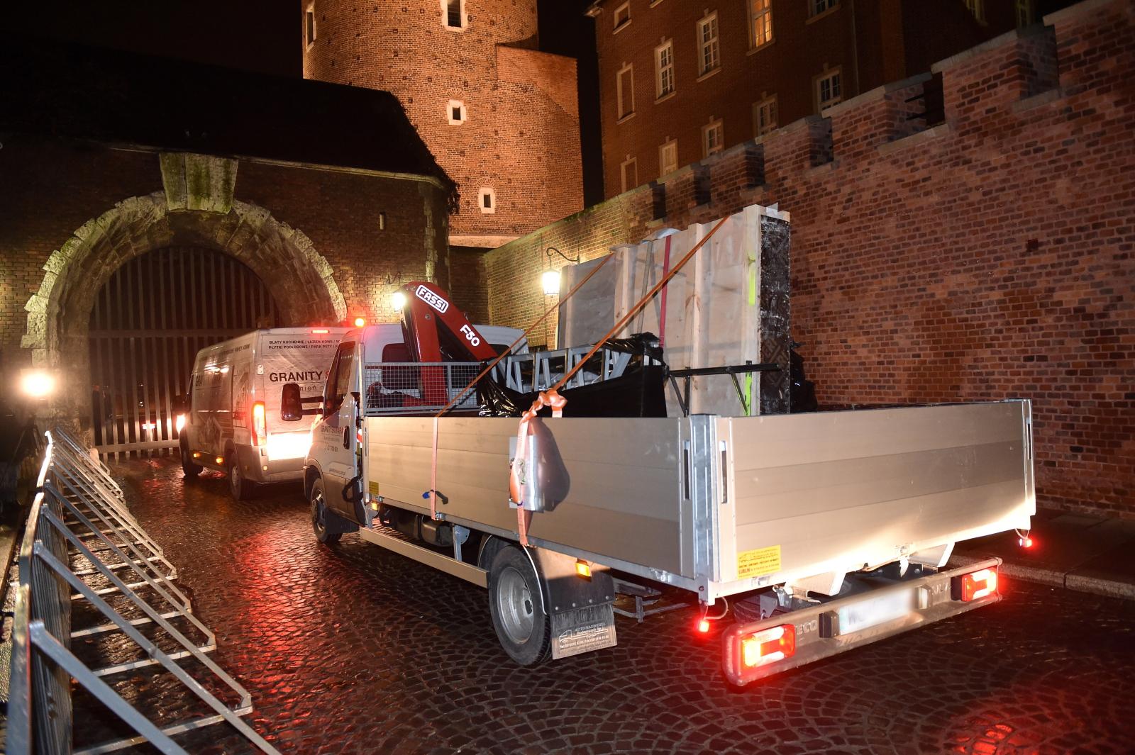 Elementy nowego sarkofagu pary prezydenckiej Lecha i Marii Kaczyñskich dotarły wieczorem na Wawel. PAP/Jacek Bednarczyk