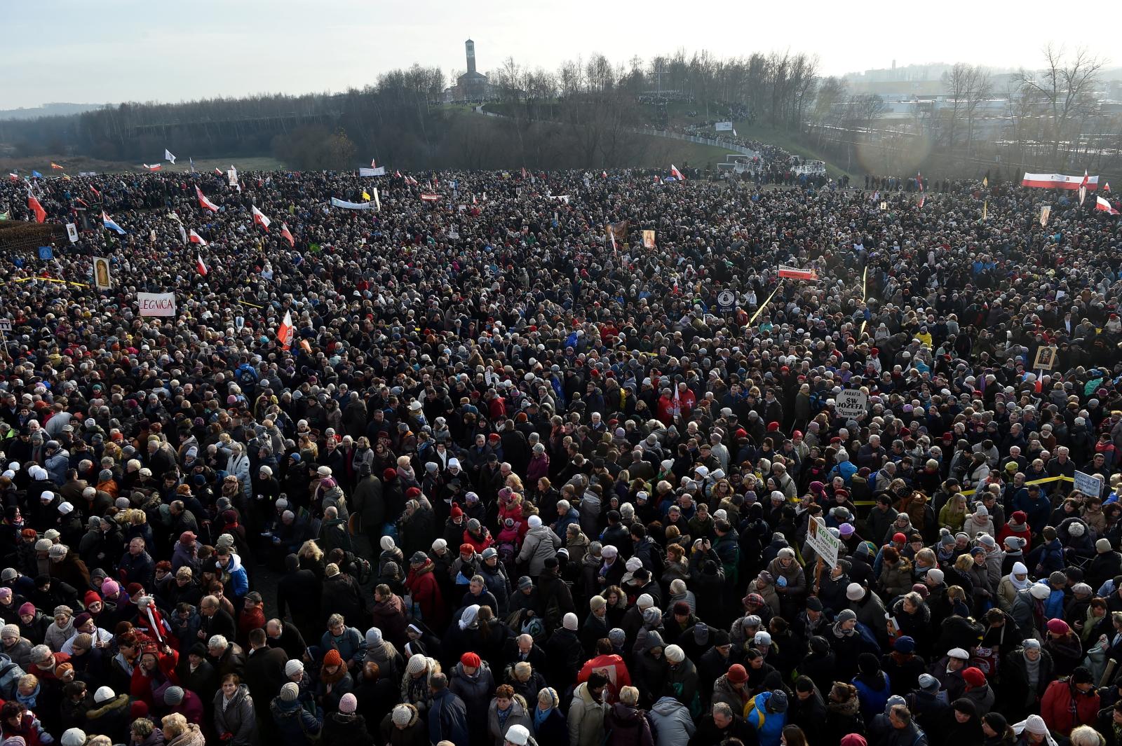 Wierni zgromadzeni przed Sanktuarium Bożego Miłosierdzia w Krakowie-Łagiewnikach podczas mszy św. z okazji ogłoszenia Jubileuszowego Aktu Przyjęcia Jezusa Chrystusa za Króla i Pana.