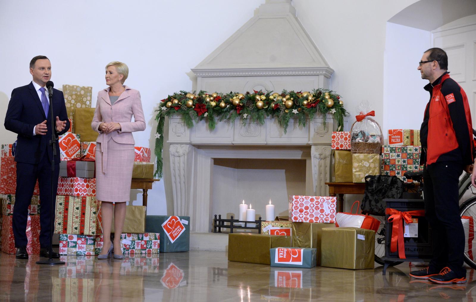 Prezydent Andrzej Duda  z małżonką Agatą Kornhauser-Dudą wzięli udział w przygotowaniu Szlachetnej Paczki. Fot. PAP/Jacek Turczyk