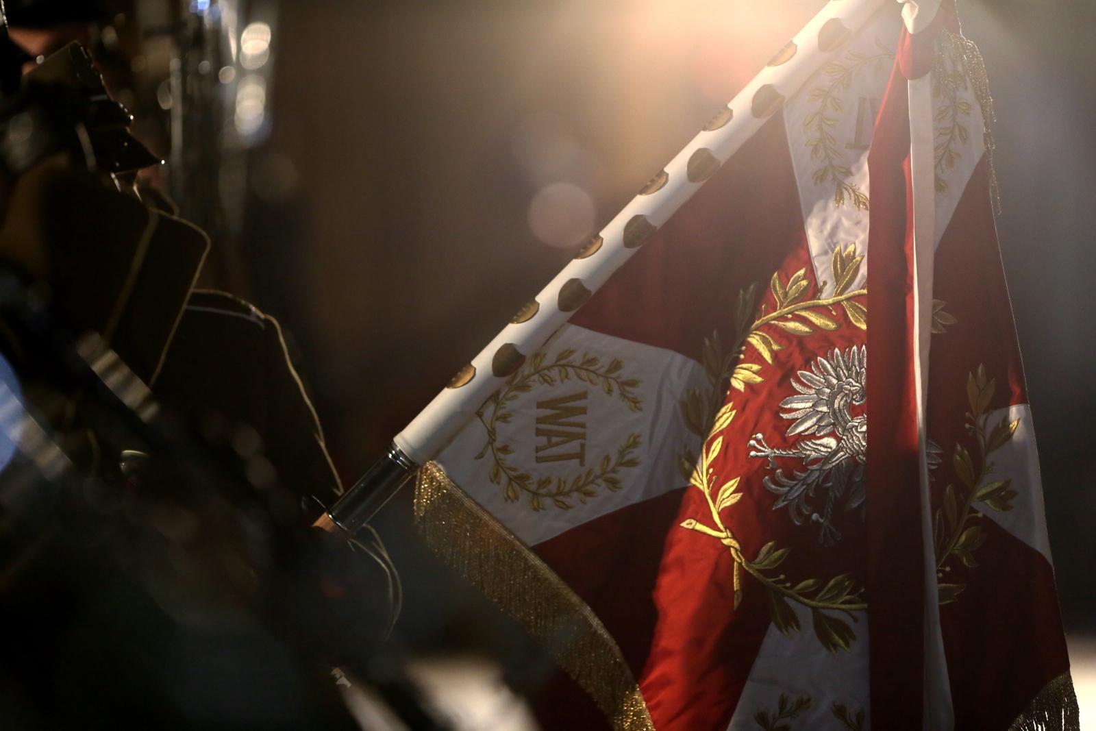 Ceremonia objęcia posterunków honorowych przez podchorążych z okazji Dnia Podchorążego, 29 bm. na dziedzińcu Belwederu. Dzień Podchorążego został ustanowiony na pamiątkę wydarzeń 29 listopada 1830 r., kiedy podoficerowie warszawskiej Szkoły Podchorążych Piechoty rozpoczęli atakiem na Belweder powstanie listopadowe. Współcześni podchorążowie pełnią honorową wartę w historycznych mundurach z 1830 roku.