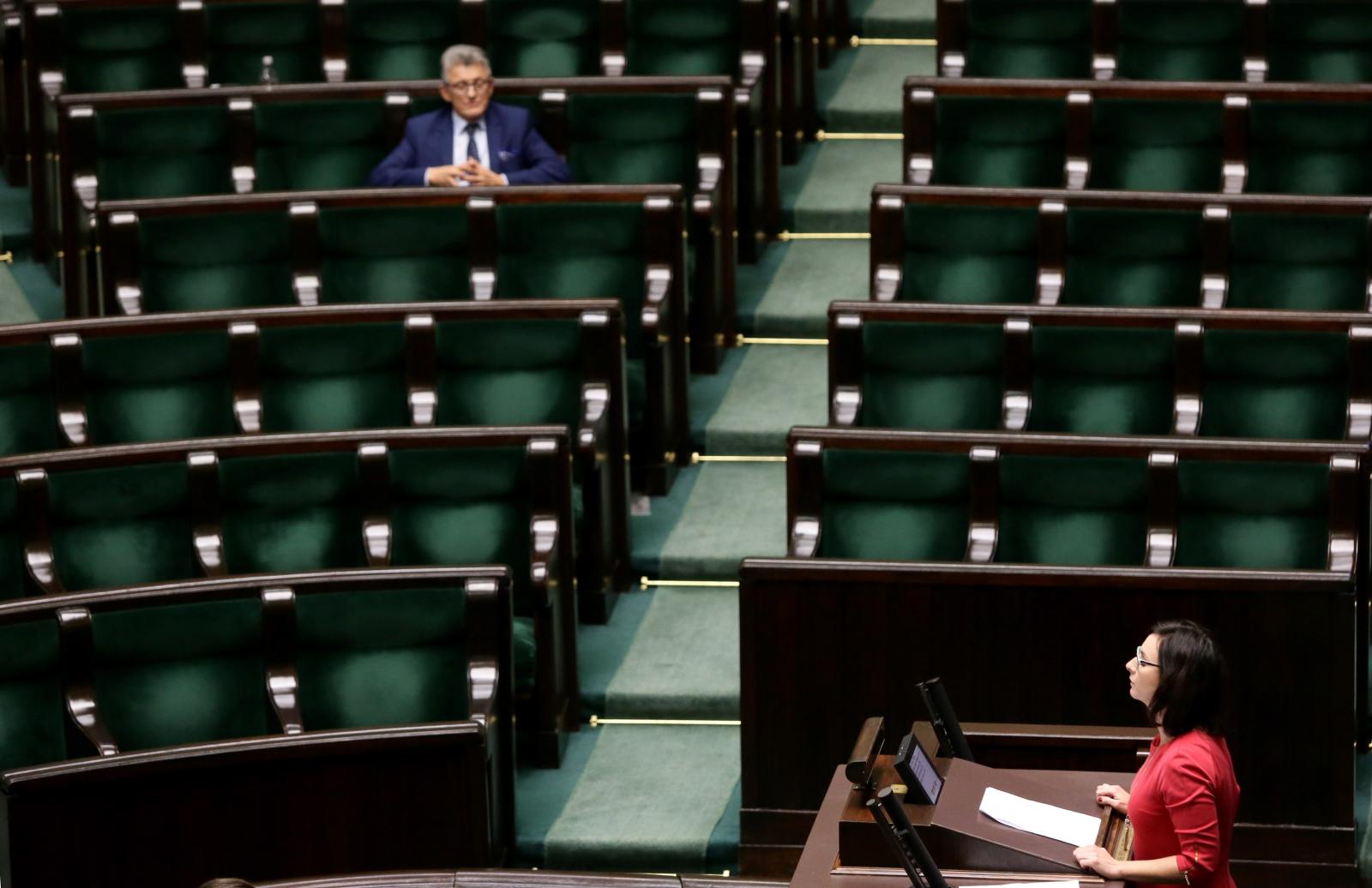 Posłanka Nowoczesnej Kamila Gasiuk-Pihowicz (P) i poseł PiS Stanisław Piotrowicz (L) podczas sprawozdania komisji w sprawie organizacji pracy TK, w trakcie posiedzenia Sejmu.